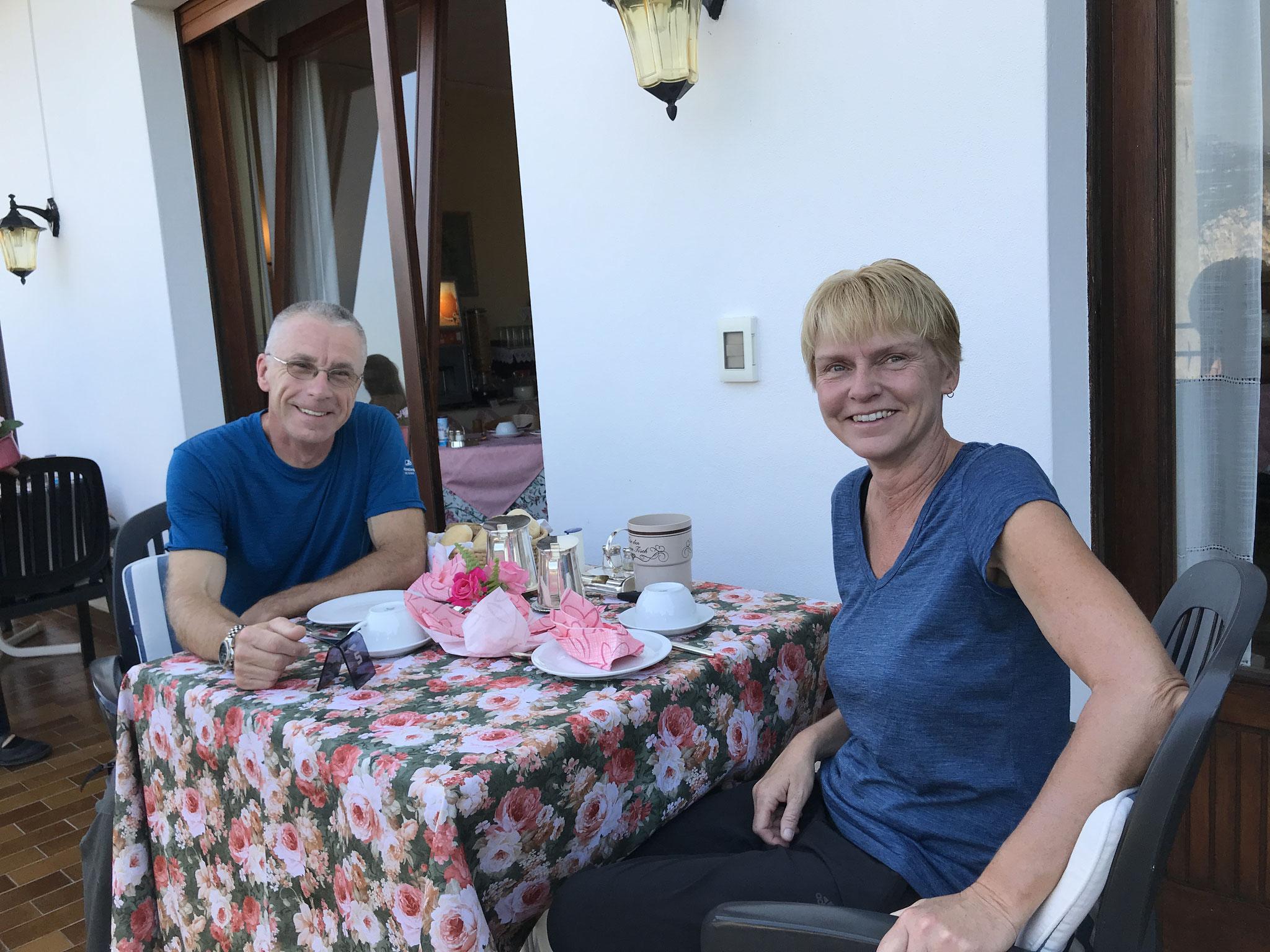 Frühstück bei Renate auf der Terrasse der Villa Alba. wie immer ein Traum!! Dank' Dir fürs Foto, liebe Rosi.