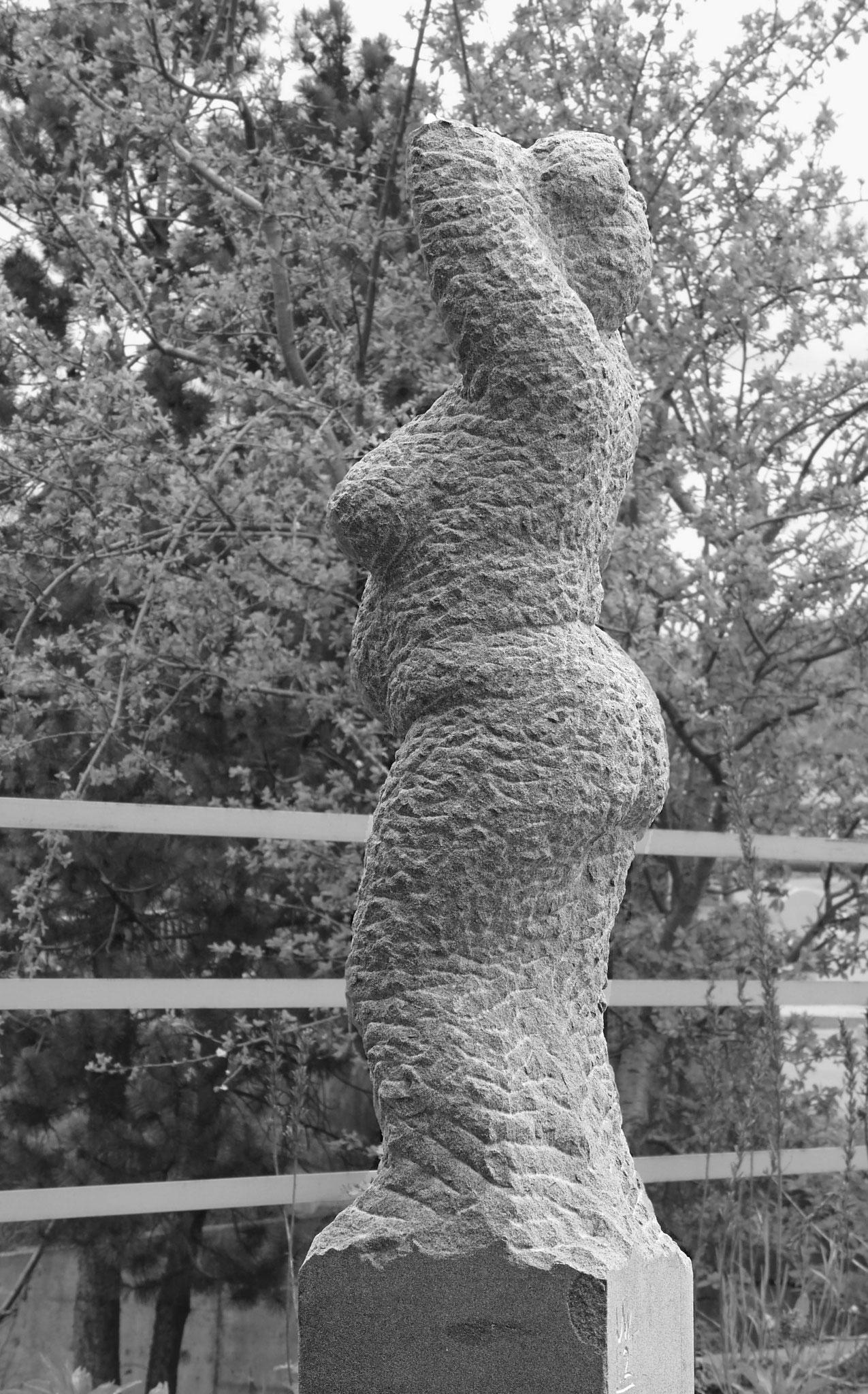 Frauenakt Sandstein Skulptur Ursula Wiedemer