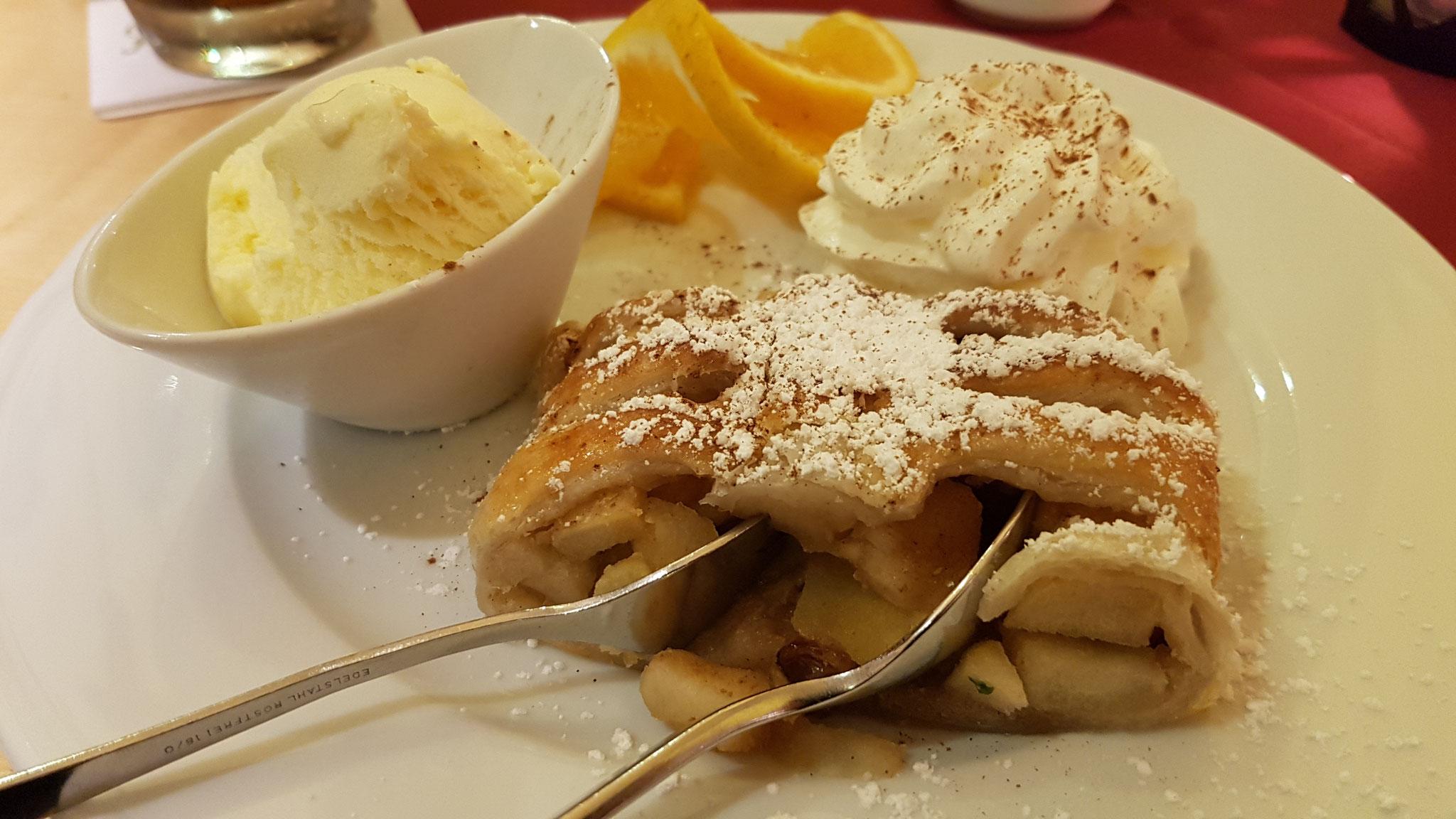 Apfelstrudel mit Vanilleeis.
