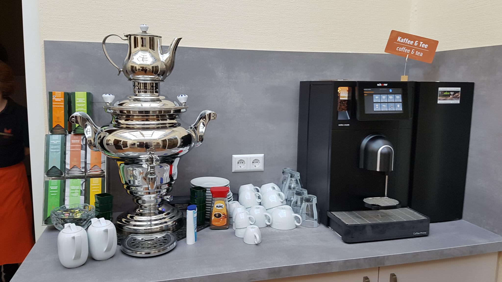 Frühstücksbuffet mit Tee und Kaffeemaschine.
