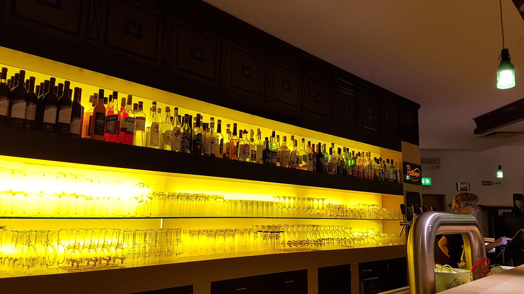 Die indirekt beleuchtete Bar.