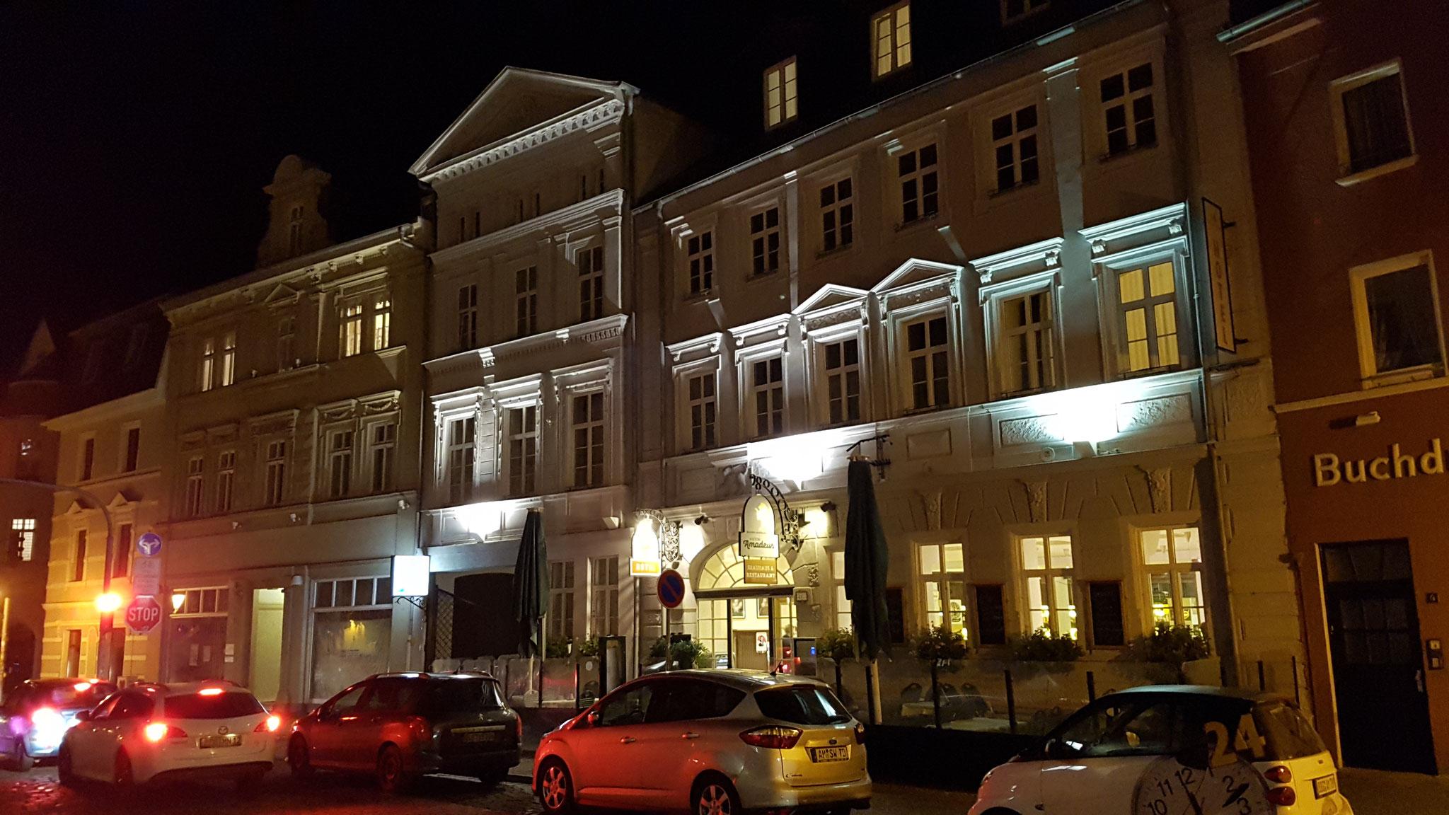 Front des Hotels am Abend.