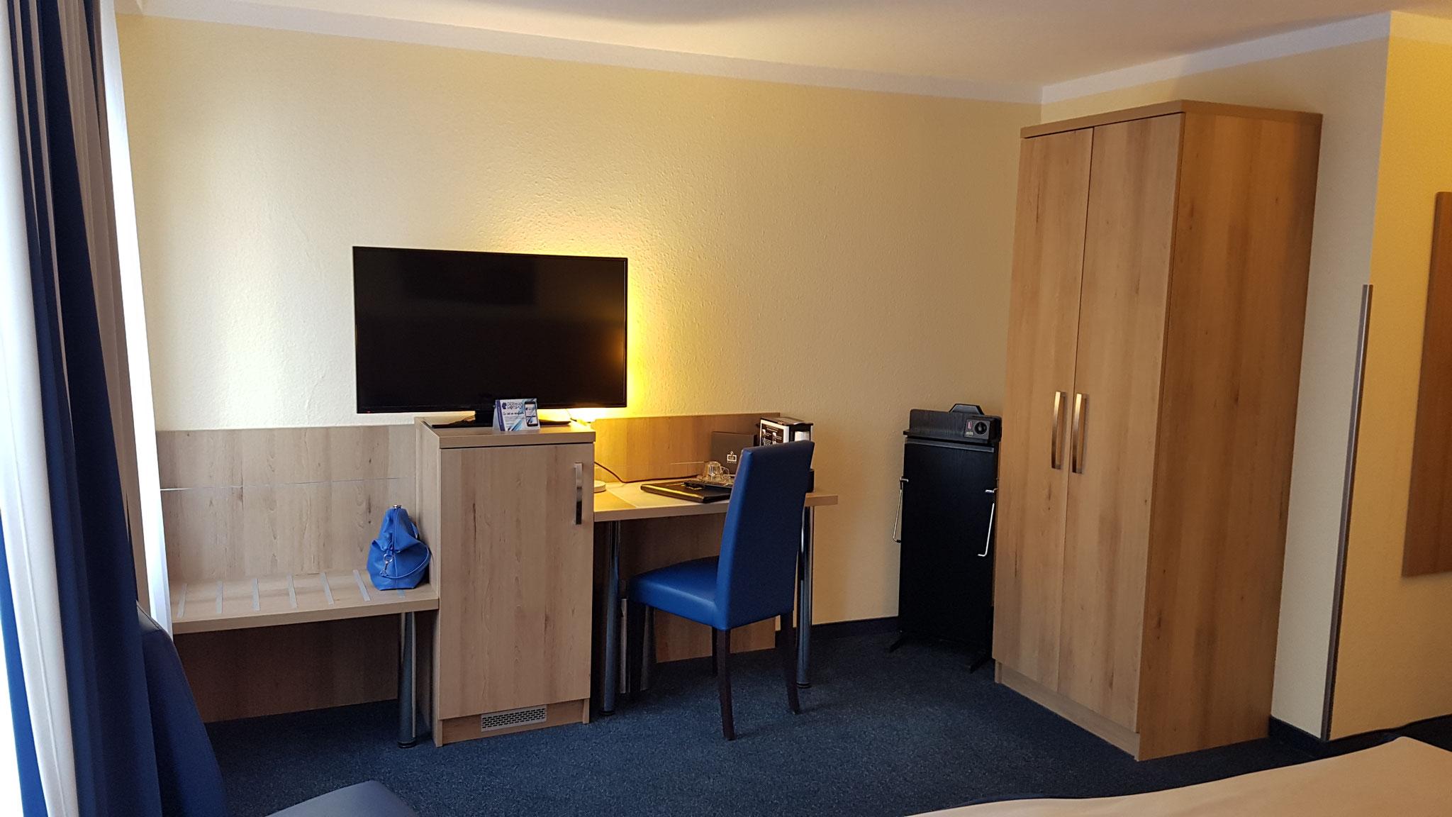 Fernseher, Schreibtisch, Kleiderschrank...alles da.