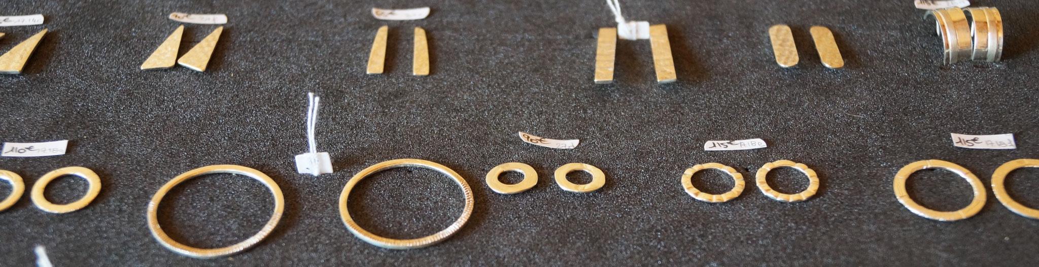 présentoirs de boucles d'oreilles en argent.