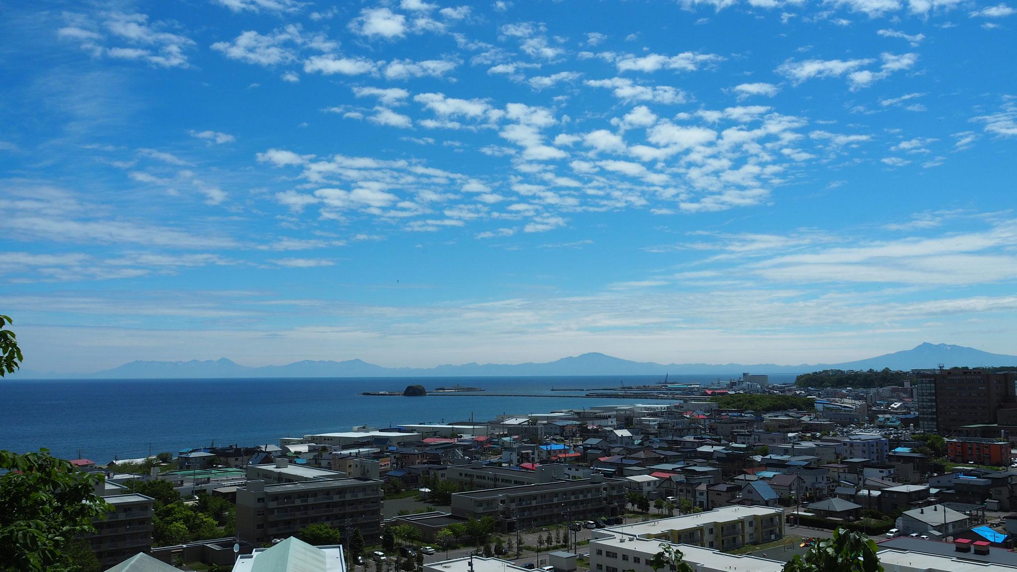 網走港と知床連山を望む。右は斜里岳