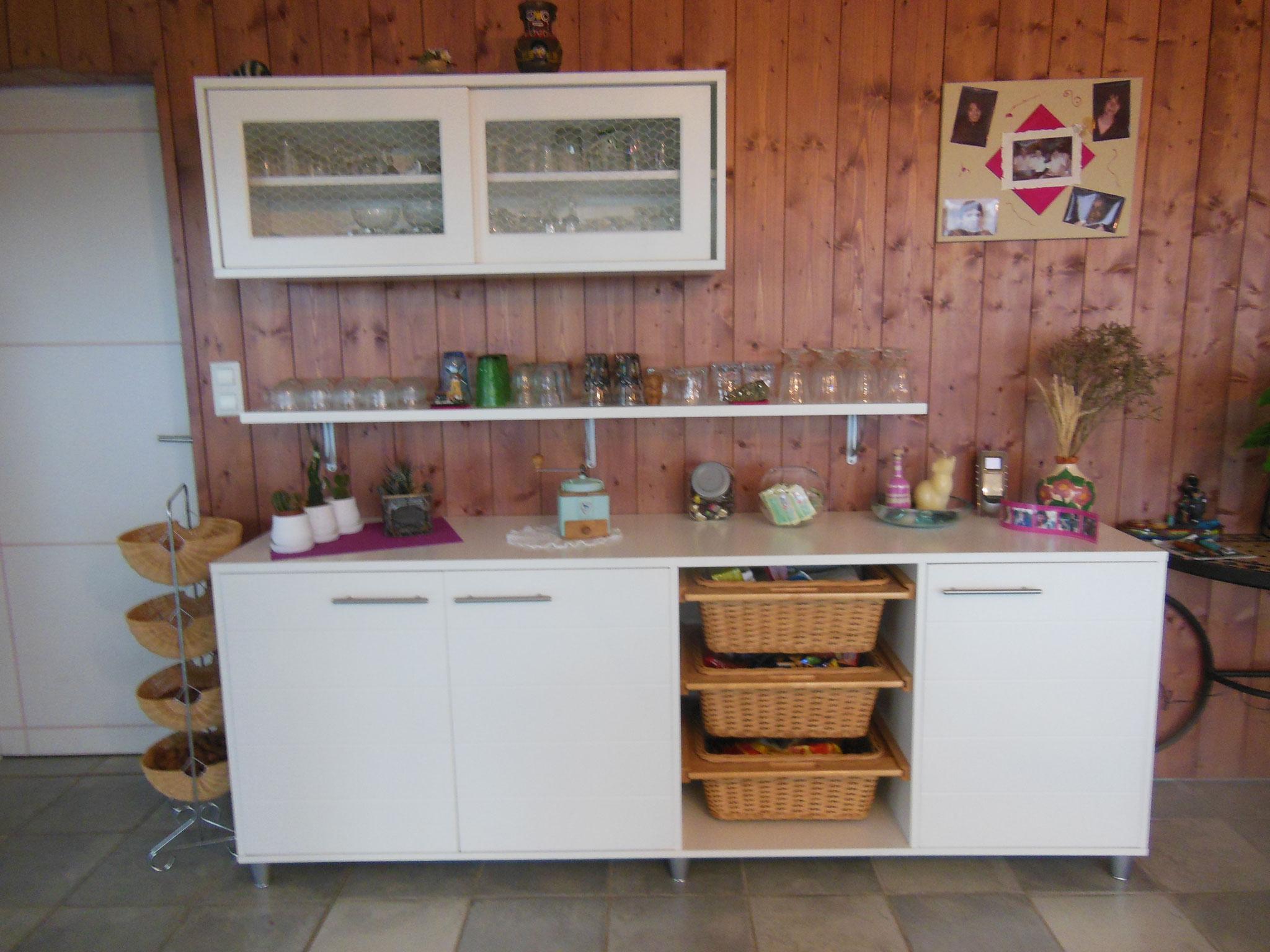 Meuble se rangement avec paniers/ étagère et meuble haut avec portes vitrées