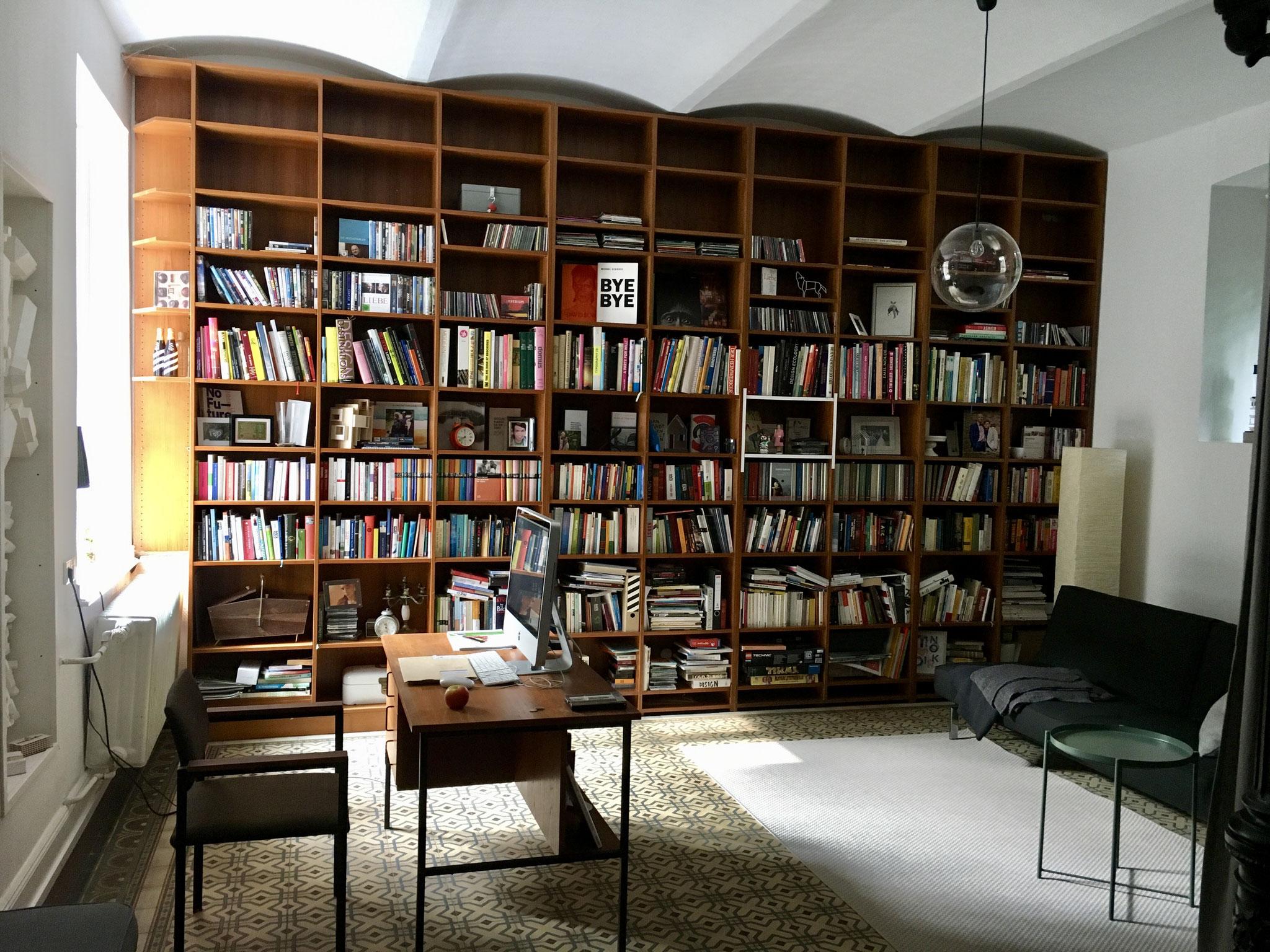 Umgestaltung und Modernisierung eines Bücherregals - vorher