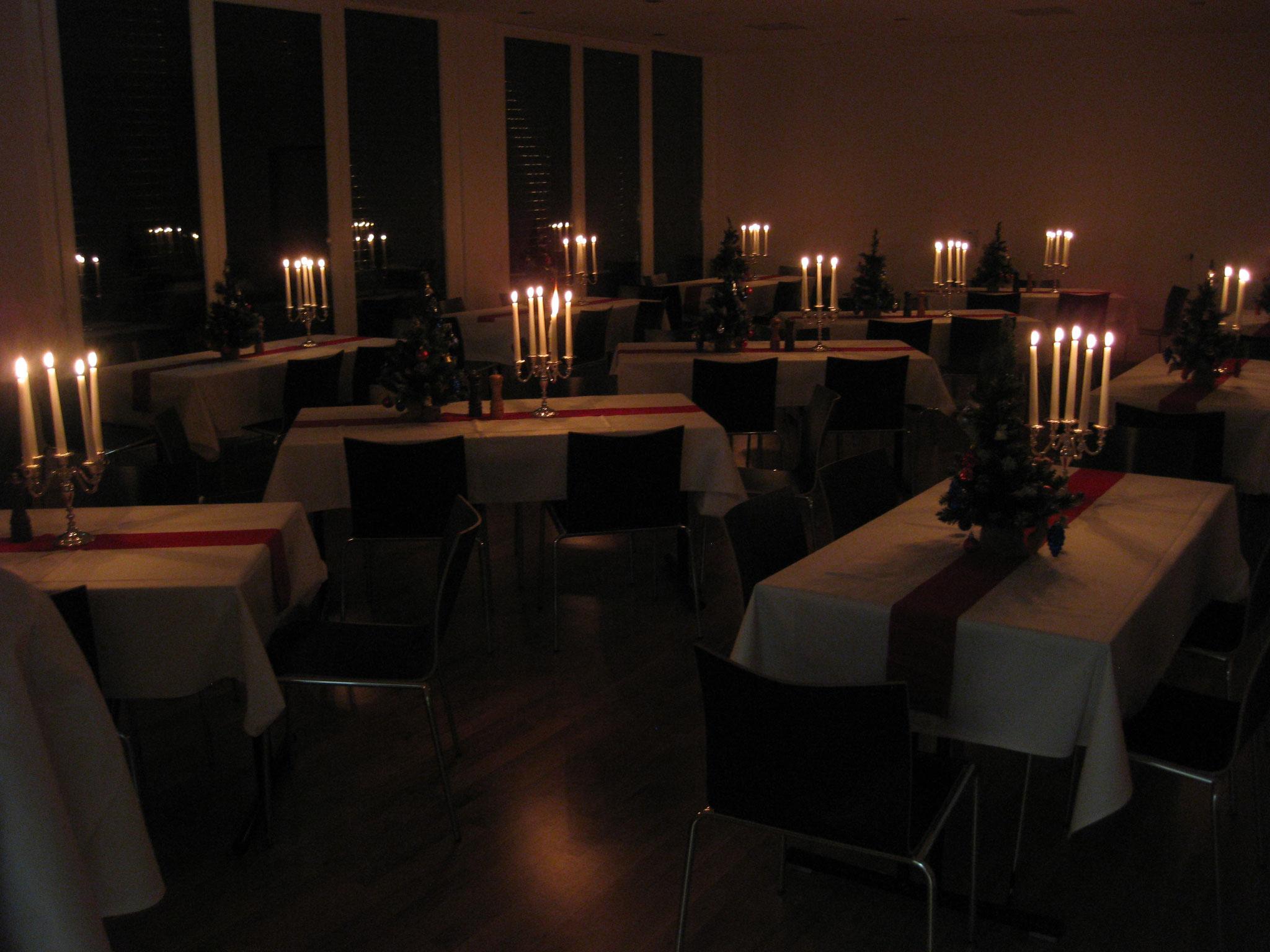 Dekoration mit Weihnachtsbäumen und Kerzen