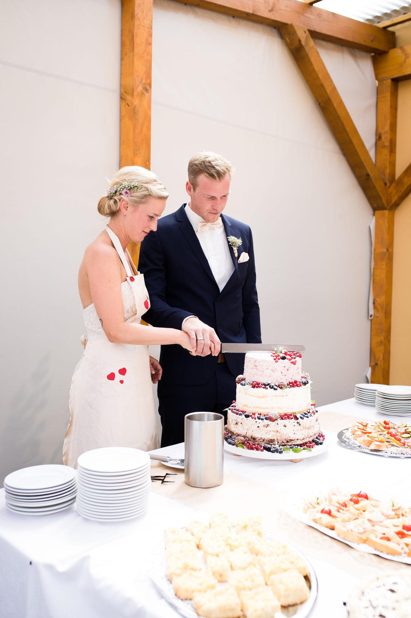 Torteanschneiden des Brautpaars