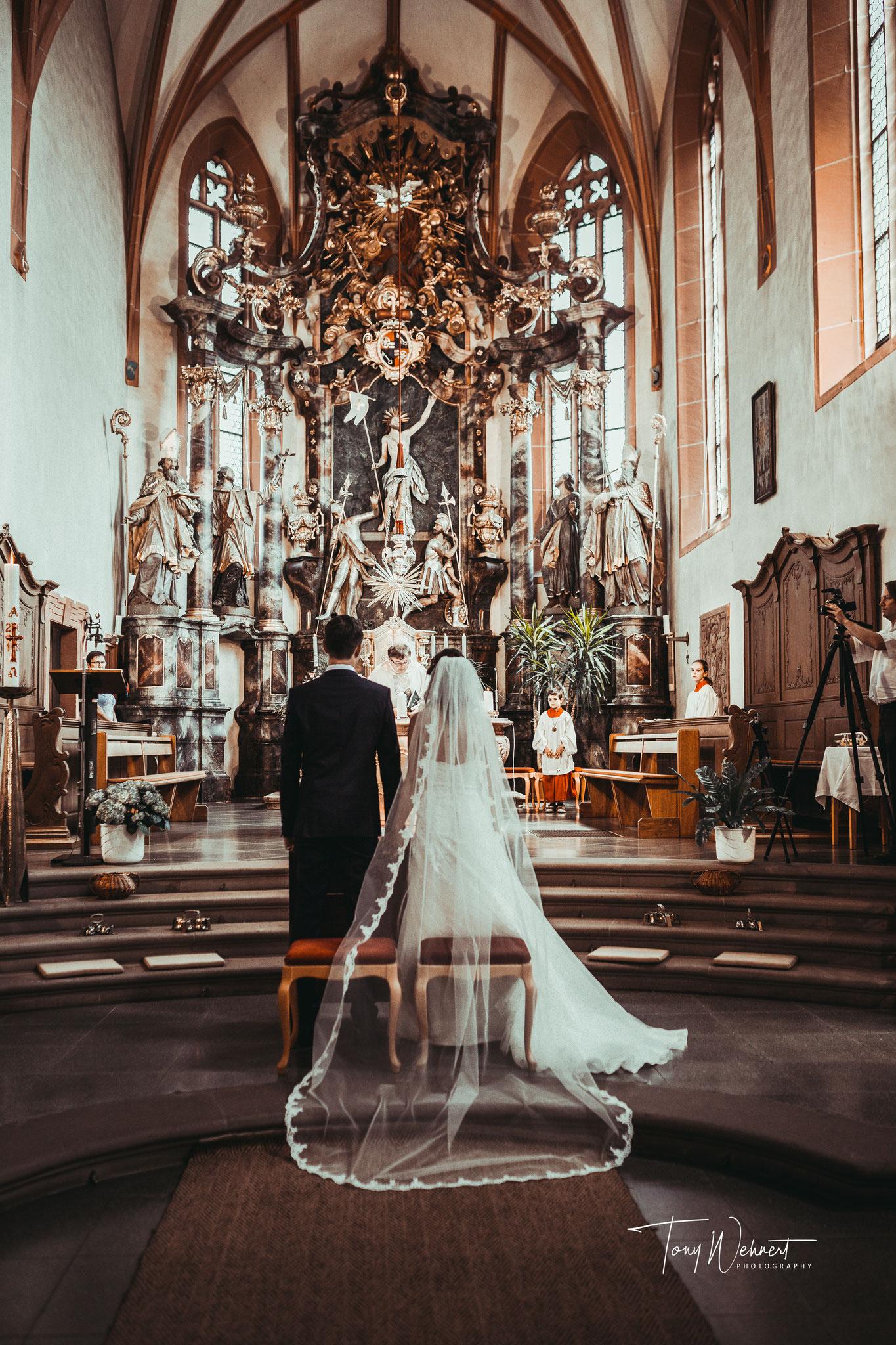 Kirchliche Hochzeit großaufnahme ganze kirche