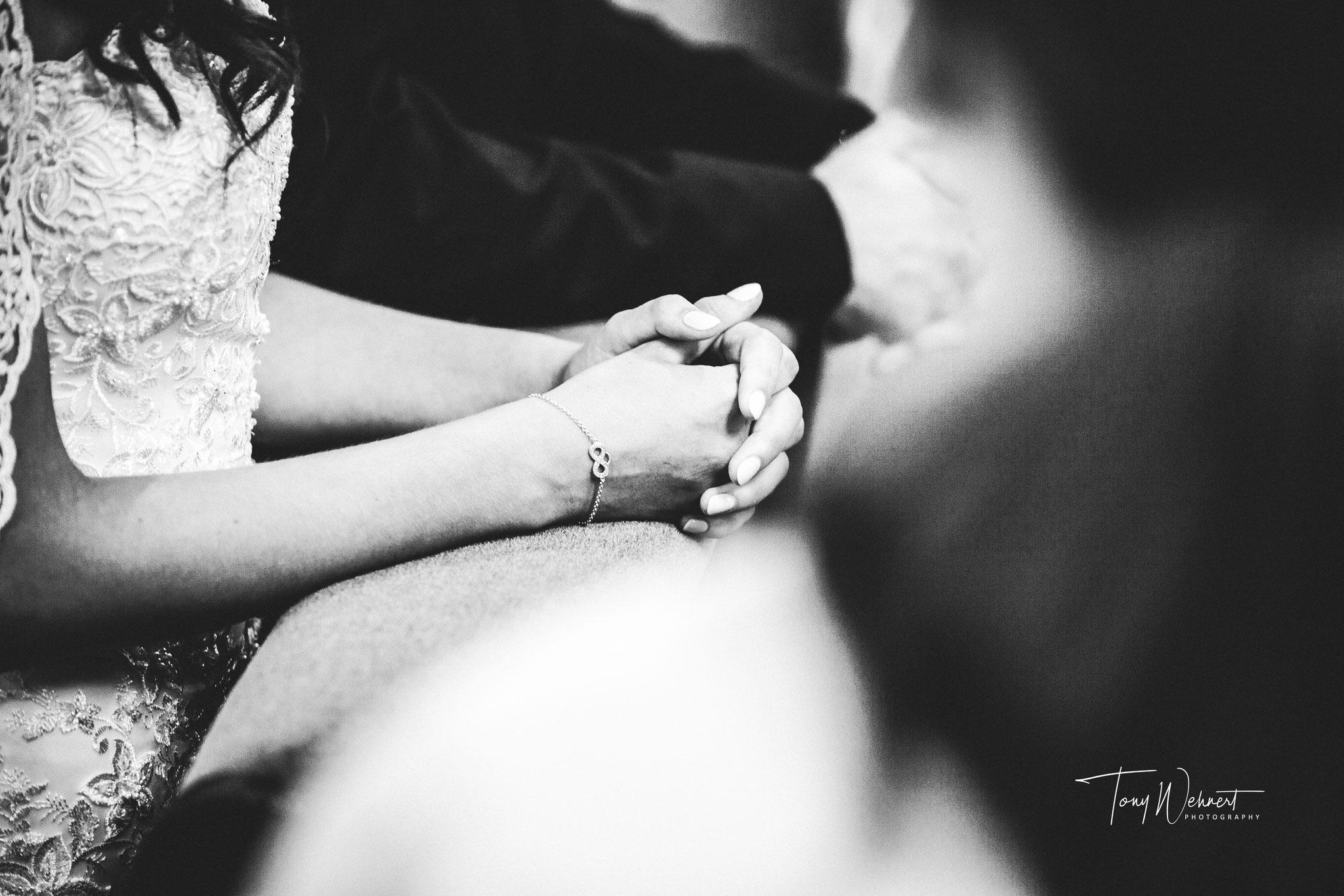 Das Brautpaar betet um den Segen