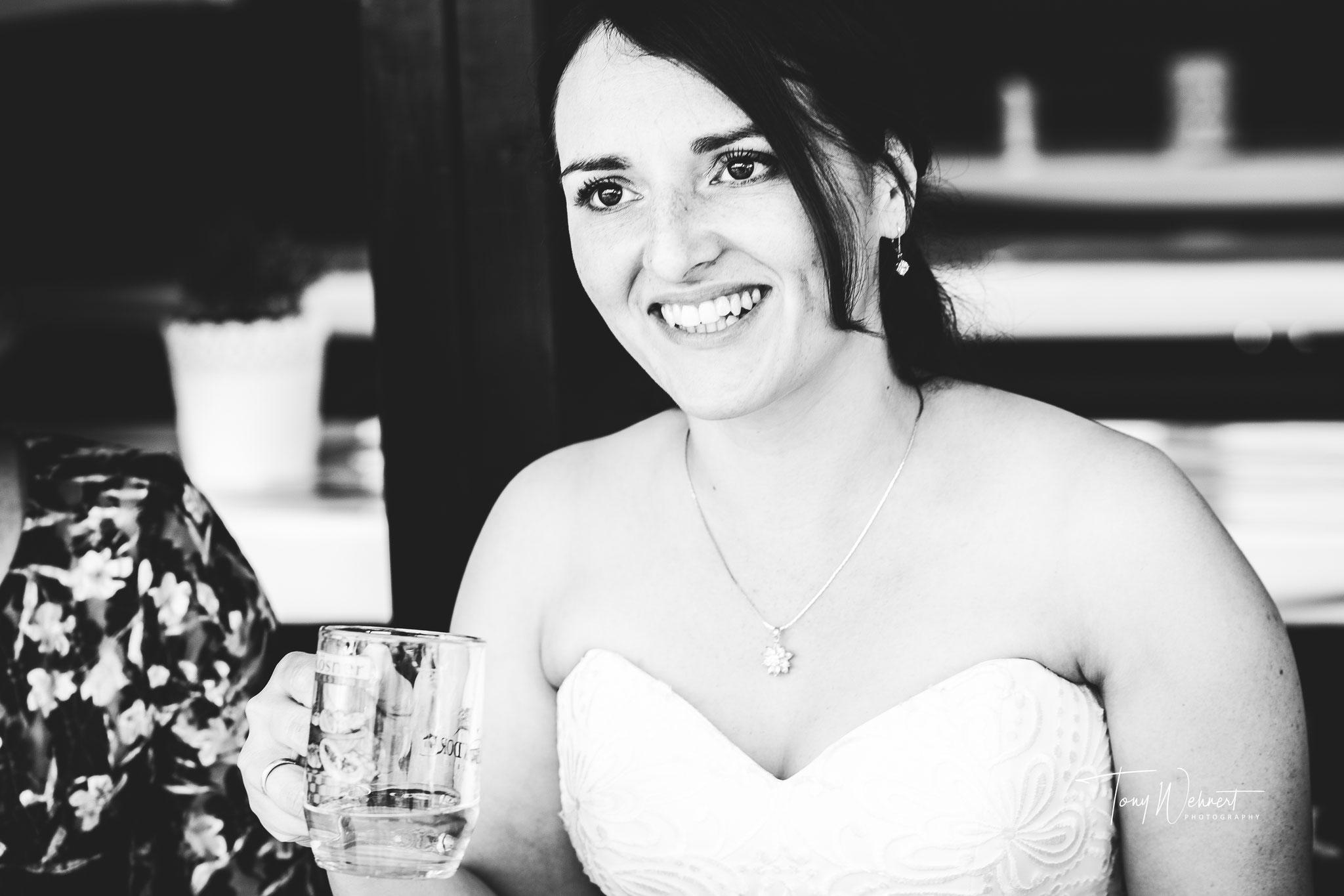 Reportagefoto der Braut bei der Feier nach der Zeremonie
