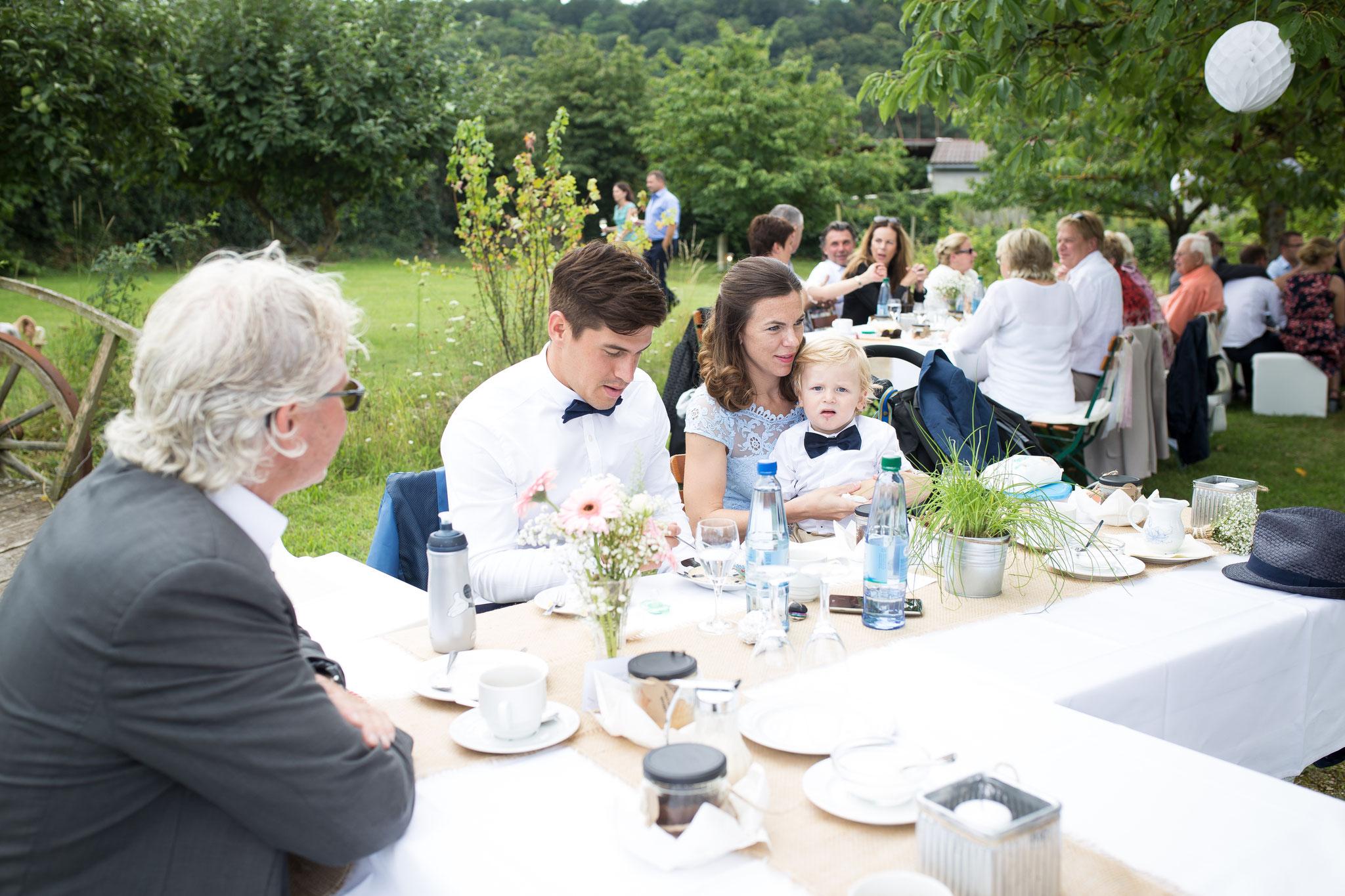 Hochzeitsgesellschaft im grünen Sommerhochzeit