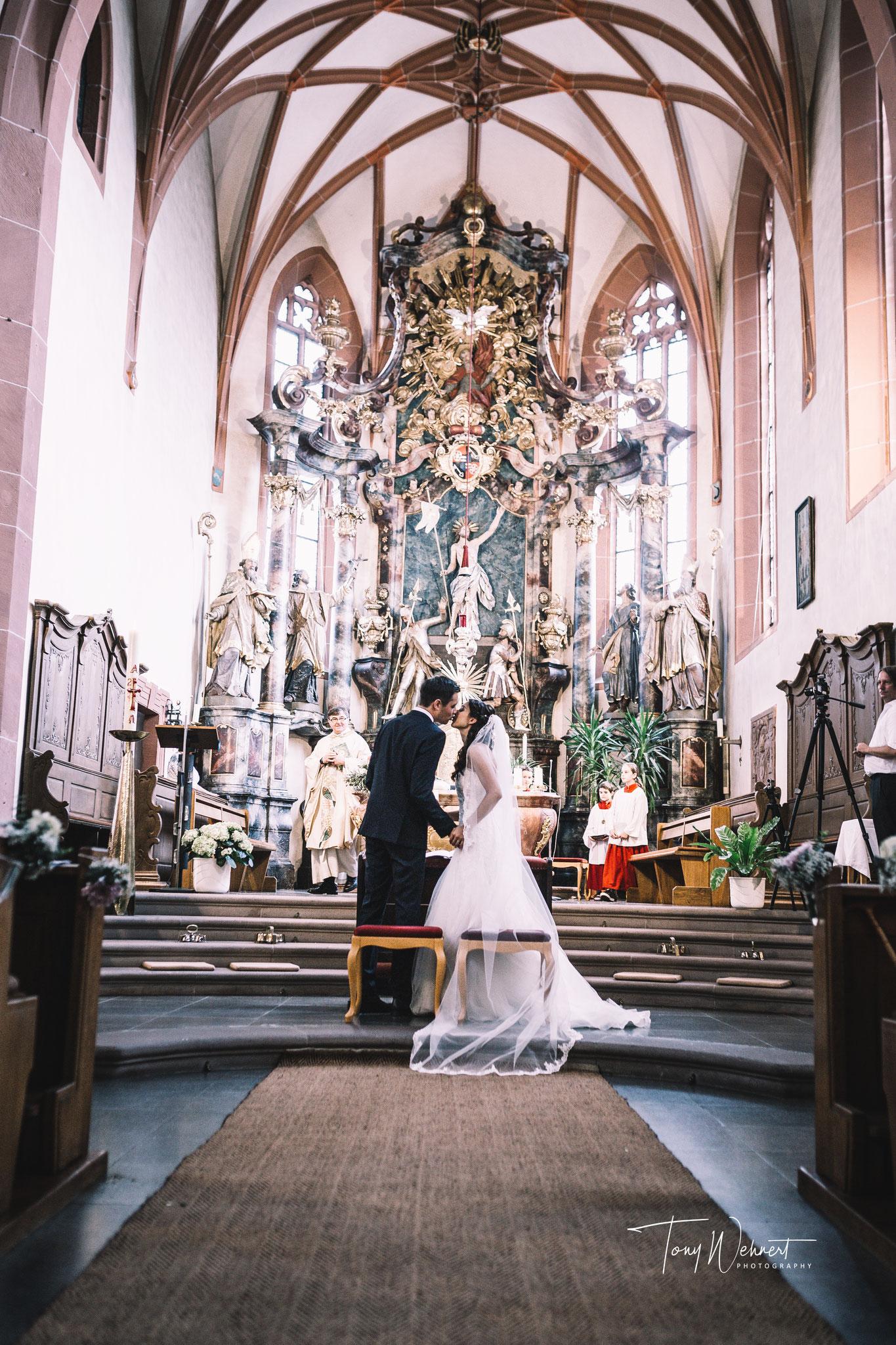 Kussfoto bei der kirchlichen Trauung