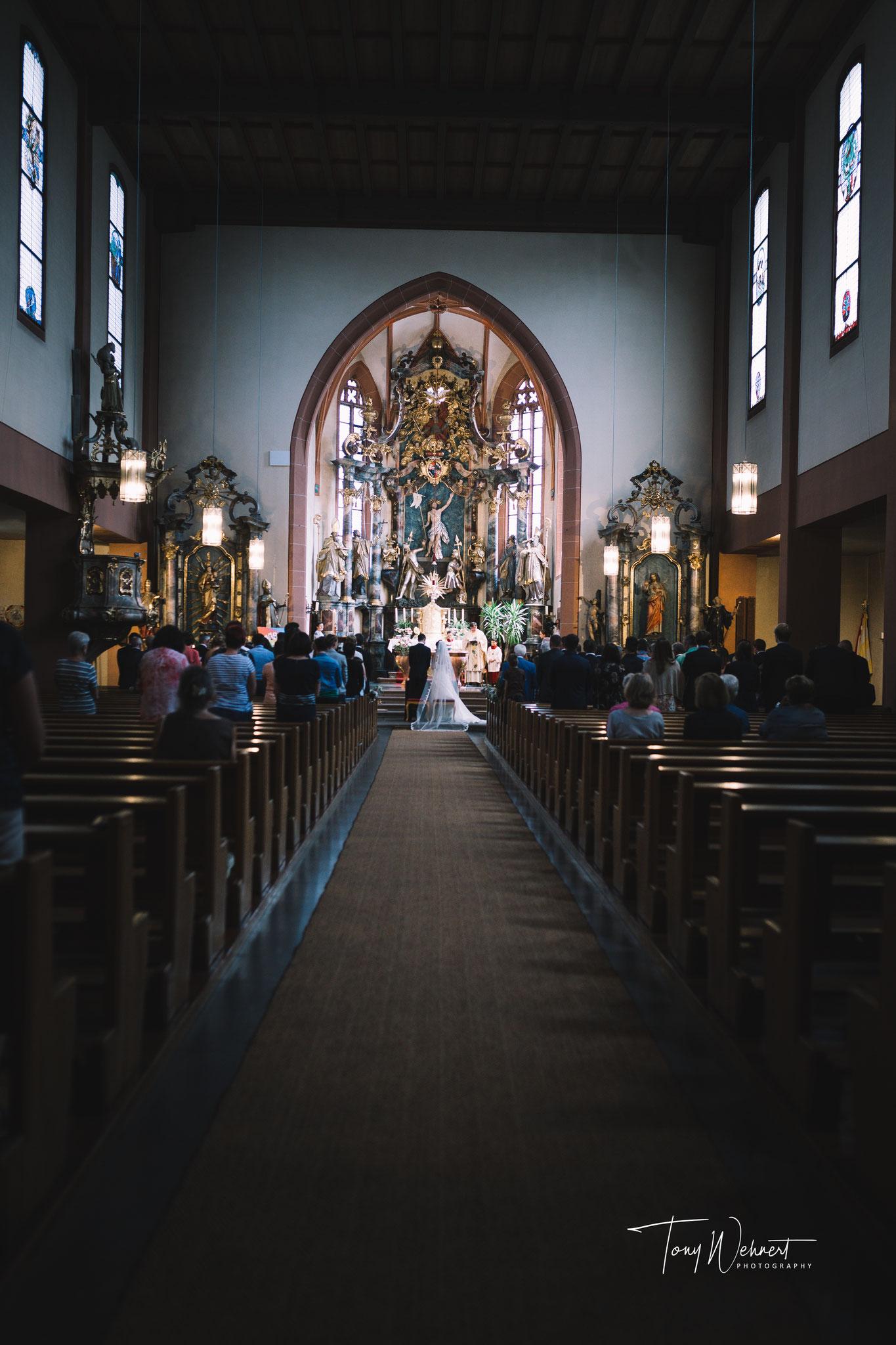 Hochzeitsgesellschaft in der Kirch bei der  Zeremonie