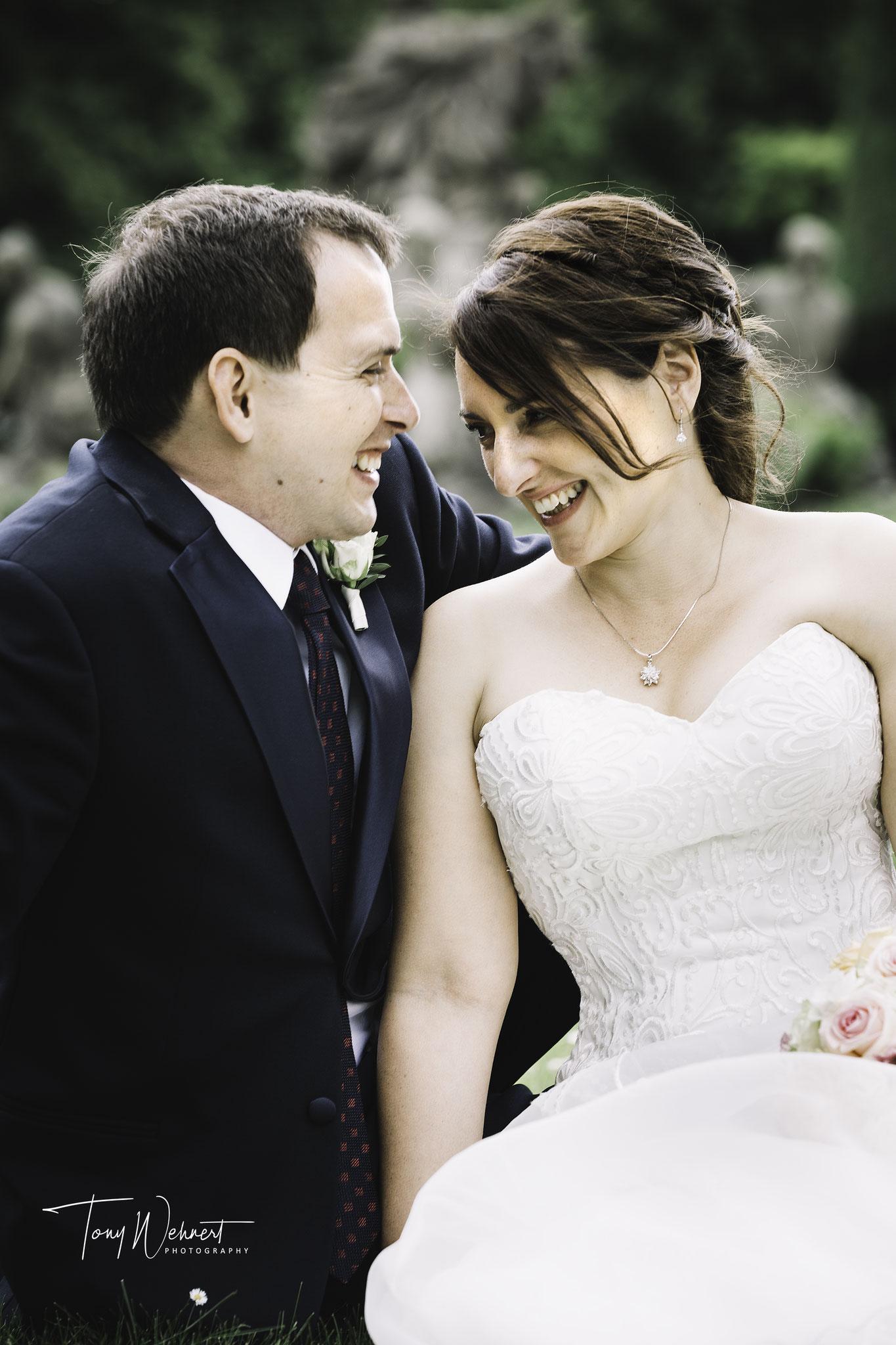Lachendes Brautpaar nach der Zeremonie