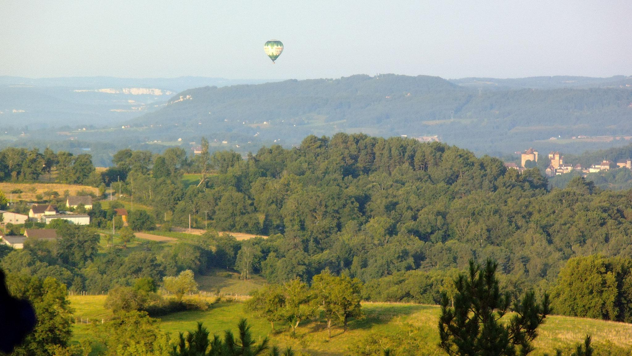 Montgolfière passant devant la Pébrunelle