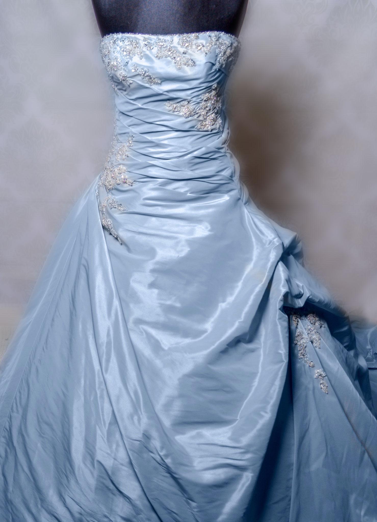 Nr. 2Traumhaftes Kleid mit Swarowski Steinen von einem Italienischen Designer in Eisblau zum Schnüren (lange Schleppe) Gr. 38-40