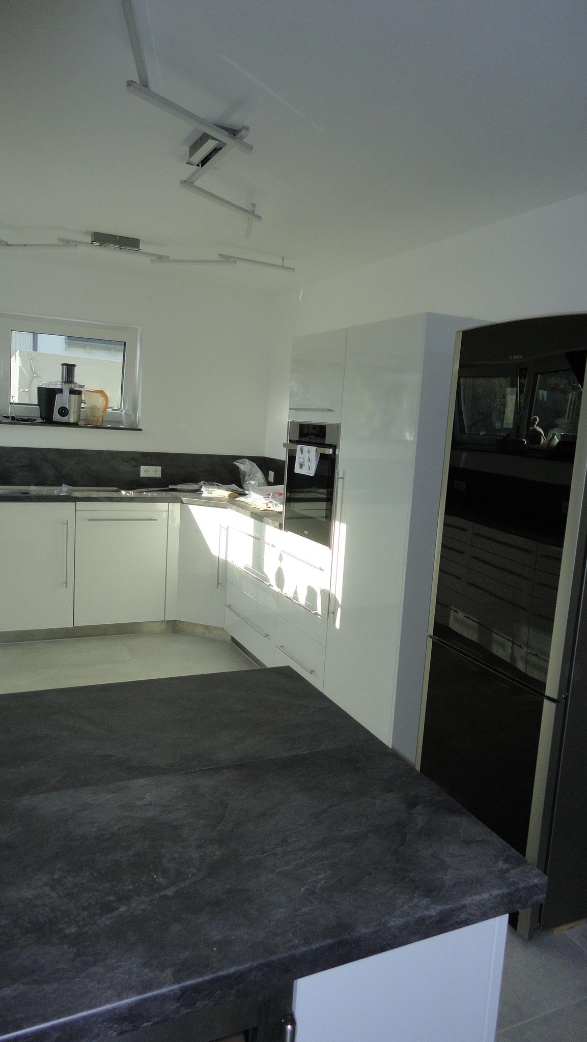 Küche / Hochglanz Weiß