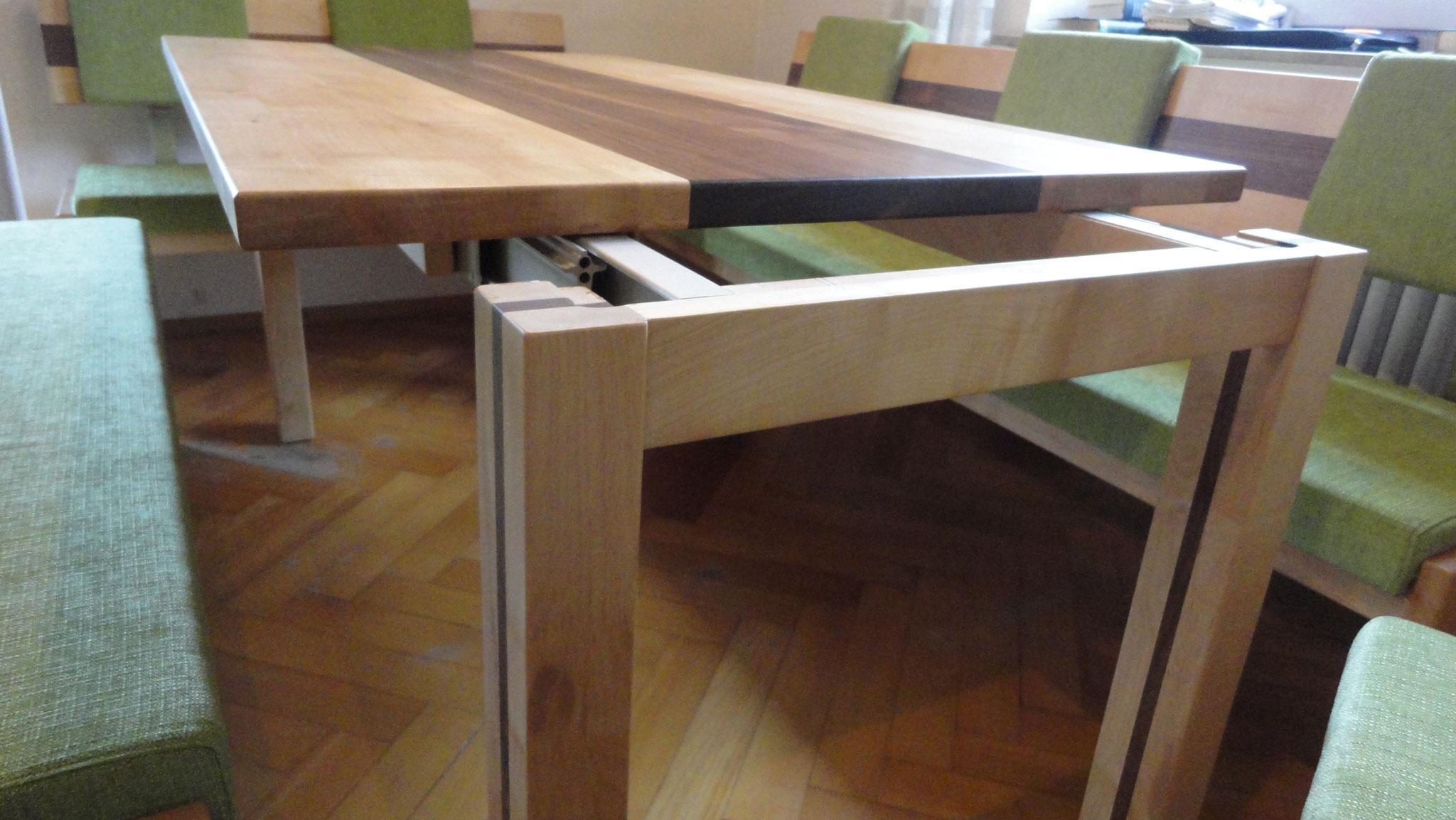 ausziehbarer Esstisch / Ahorn & Nußbaum