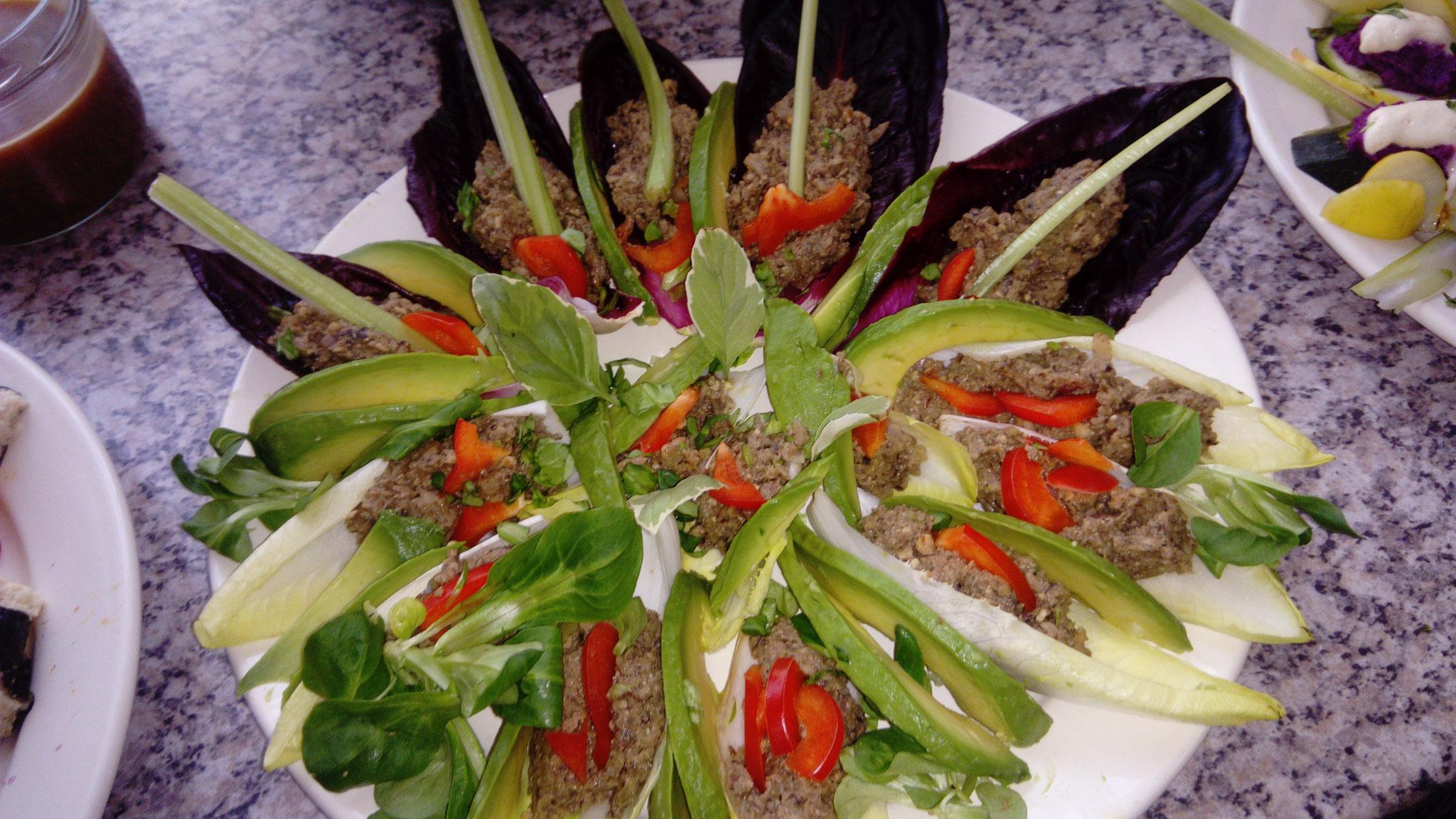 Schwarzwurzel-Champignon-Pastete auf Chicoree-Schiffchen