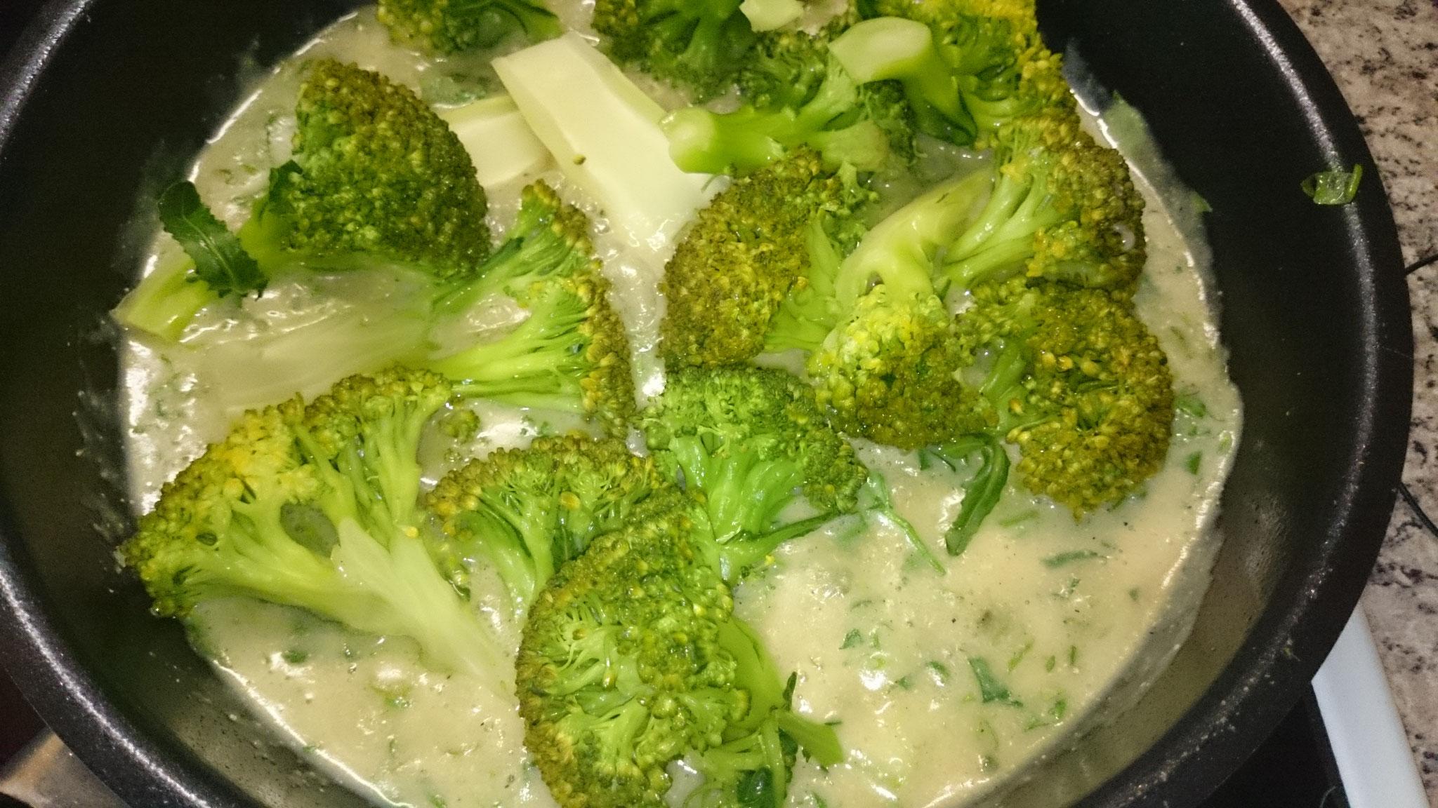 gedünsteter Brokkoli in veganer Käsesauce