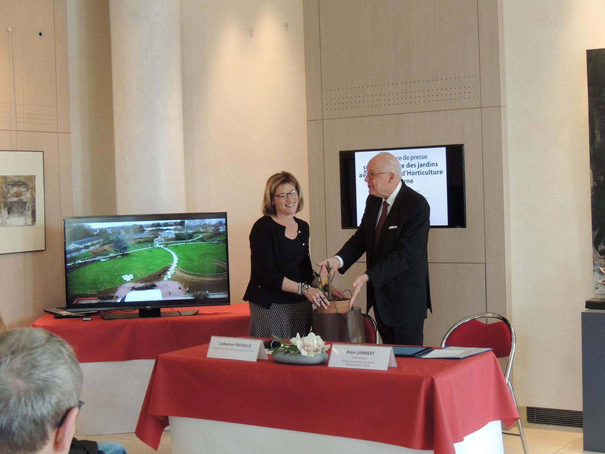 Remise d'un rosier Triomphe d'Alençon au Conseil départemental
