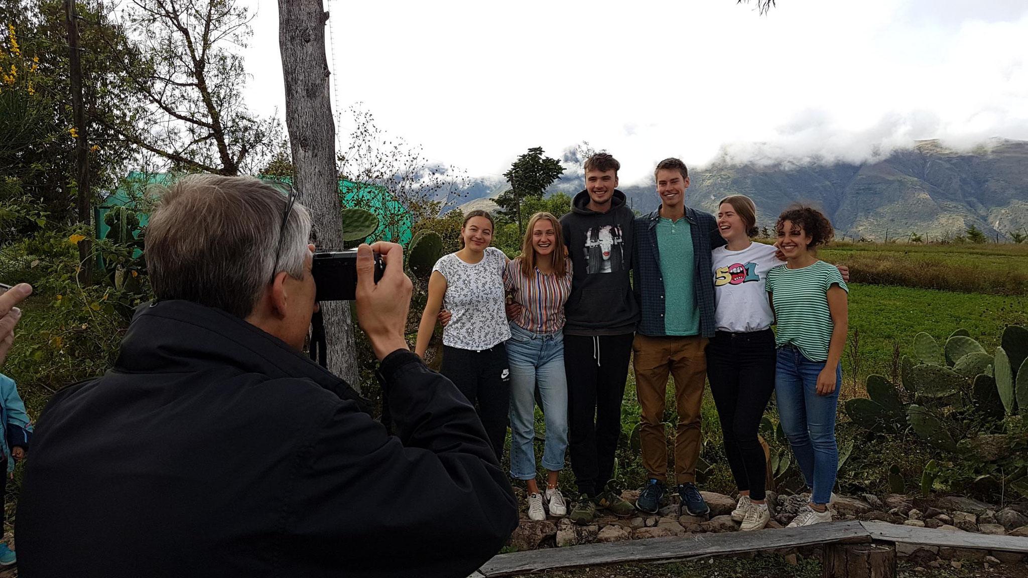 Werner macht Fotos für ein Abschieds-Fotoalbung für Jon Freese (Mitte).