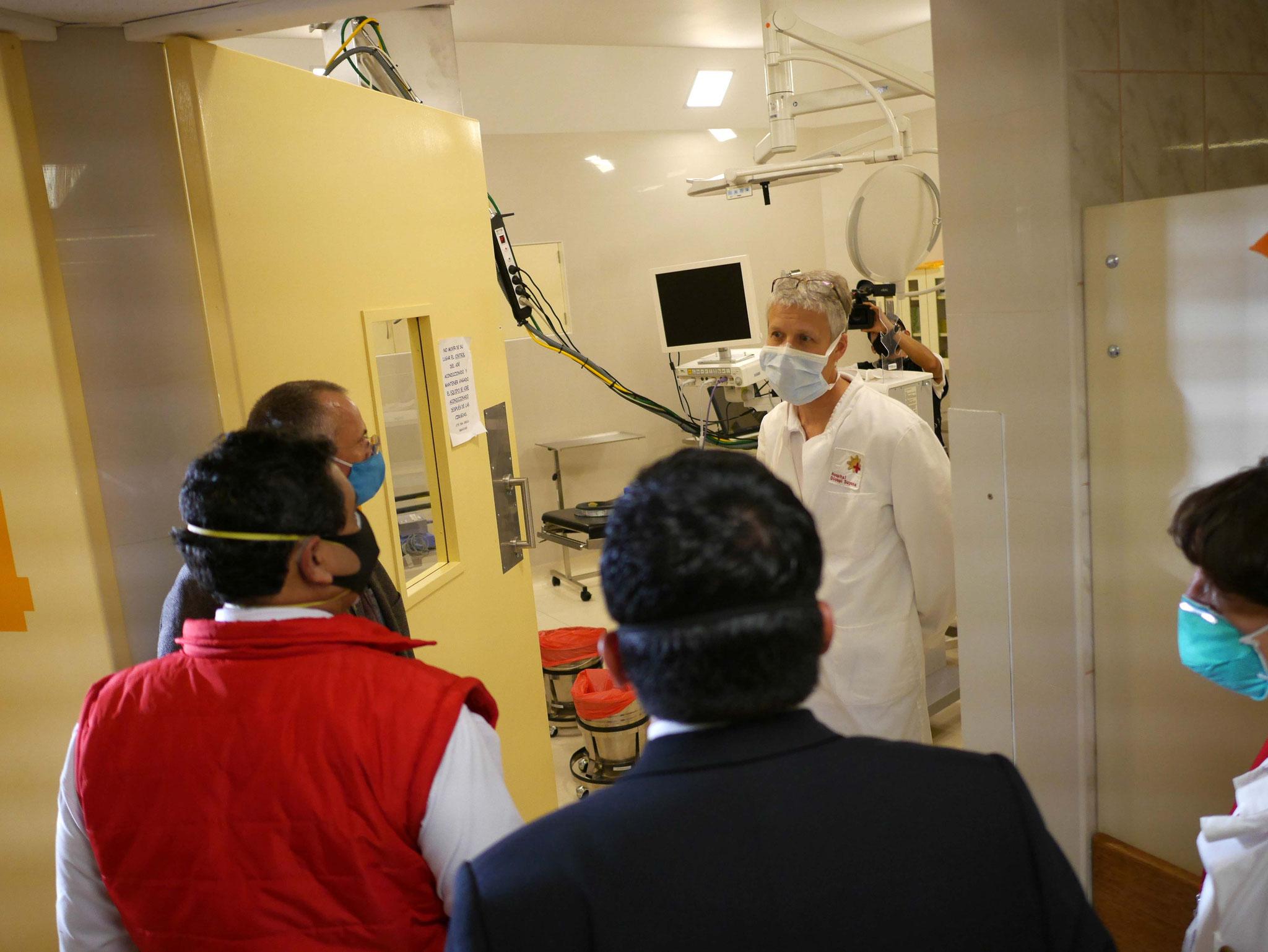 Beim Rundgang durchs Hospital: Werner erklärt die Art der Patienten und die operative Versorgung im Augen-OP.