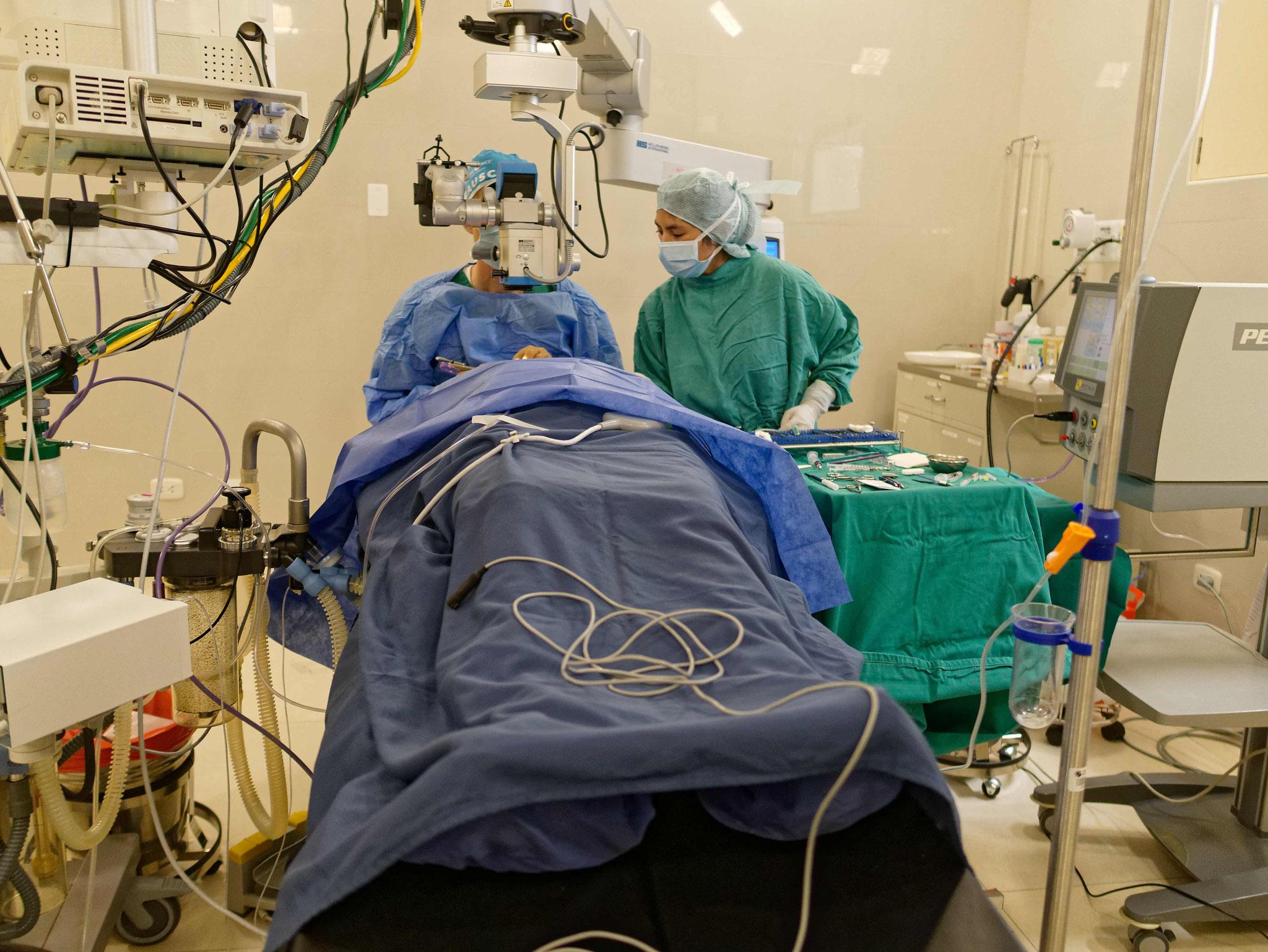 Volle Konzentration bei der OP: Hier wird gerade der harte Linsenkern mit Ultraschall abgesaugt.