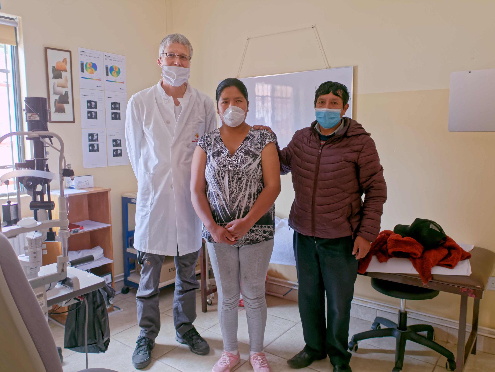 Gruppenfoto mit der Patientin und ihrem Vater - Gruß und Dank an alle Helfer und Unterstützer!
