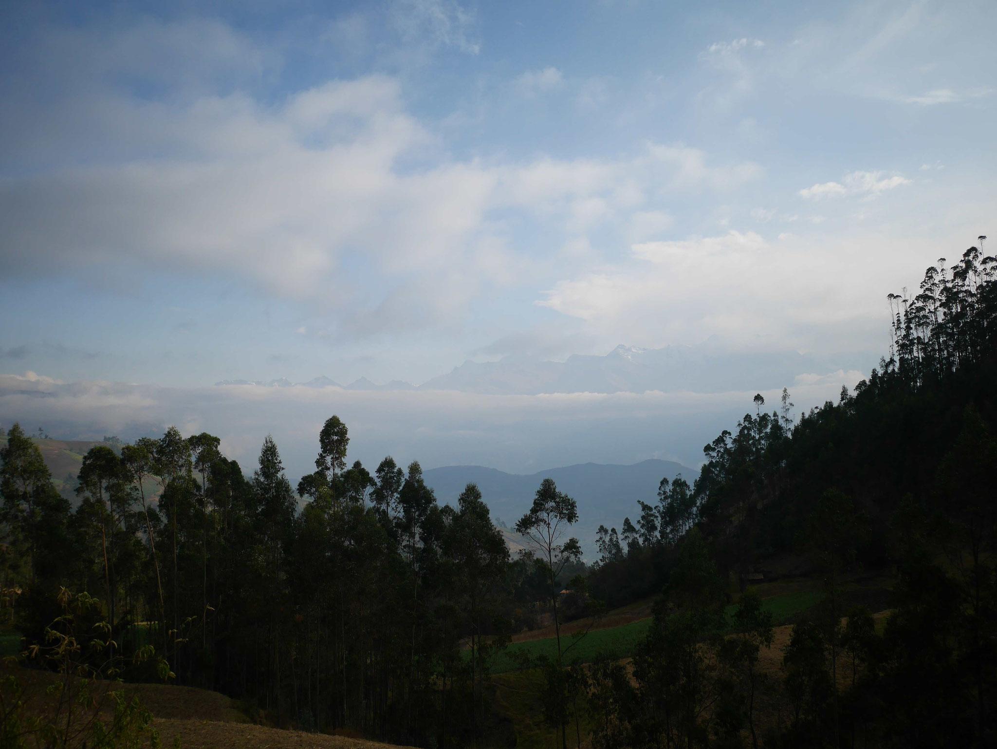 Ein Blick über den Sankt Christobal (ca. 3050m ) auf die Sechstausender am Horizont.