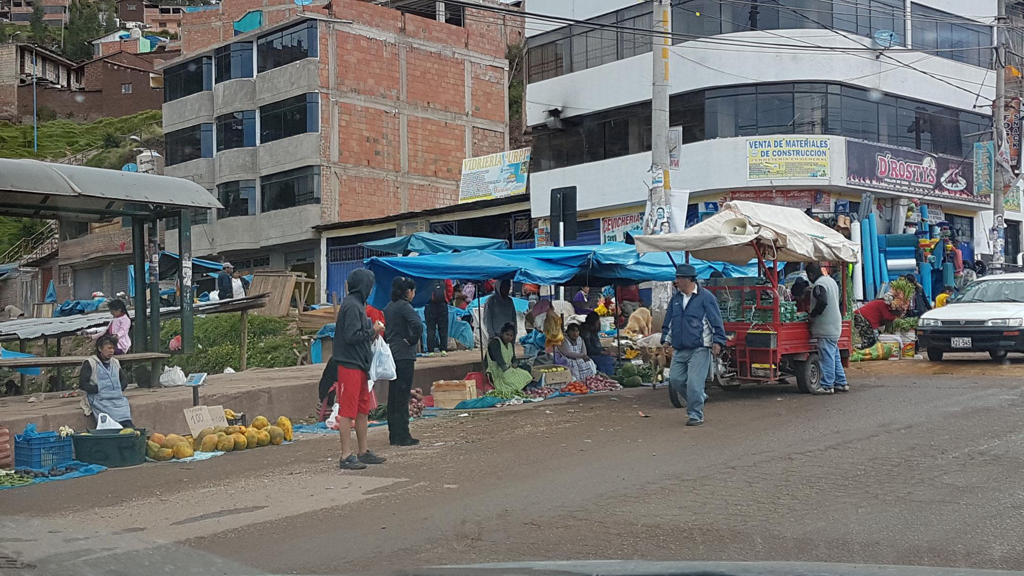 Wie in deutschen Supermärkten ist auch in Cusco die Obsttheke am (Orts-) Eingang.