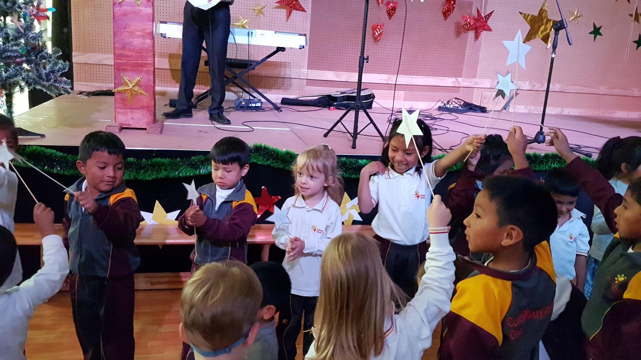 Johanna hatte mit ihrer Kindergartengruppe eine Aufführung. Sie haben das Lied Hevenu Shalom Alechem gesungen.