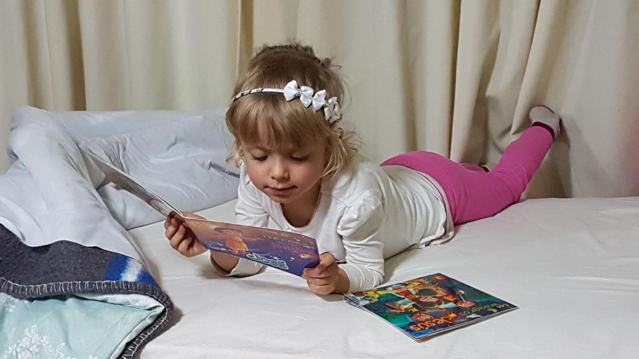 Johanna studiert auch biblische Geschichten.