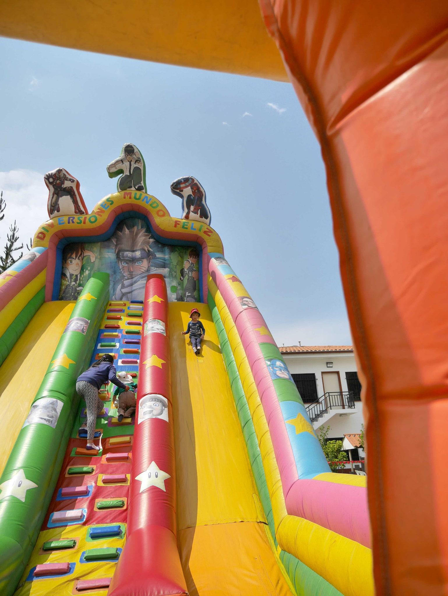 Die Riesenrutsche ist die Attraktion für die Kleinen. Während die Meisten schon beim Mittagessen sind, klettert und rutscht Johanna immer wieder mit großer Ausdauer.