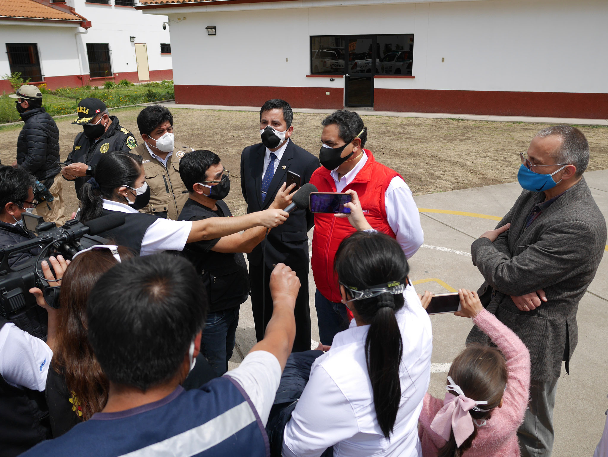 Der Minister im Interview. Eine Gunst der Politik für Diopsi erscheint wichtig. Der sozialistische Abgeordneten links neben dem Minister im Bild will private Krankenhäuser wie Diospi Suyana enteignen.