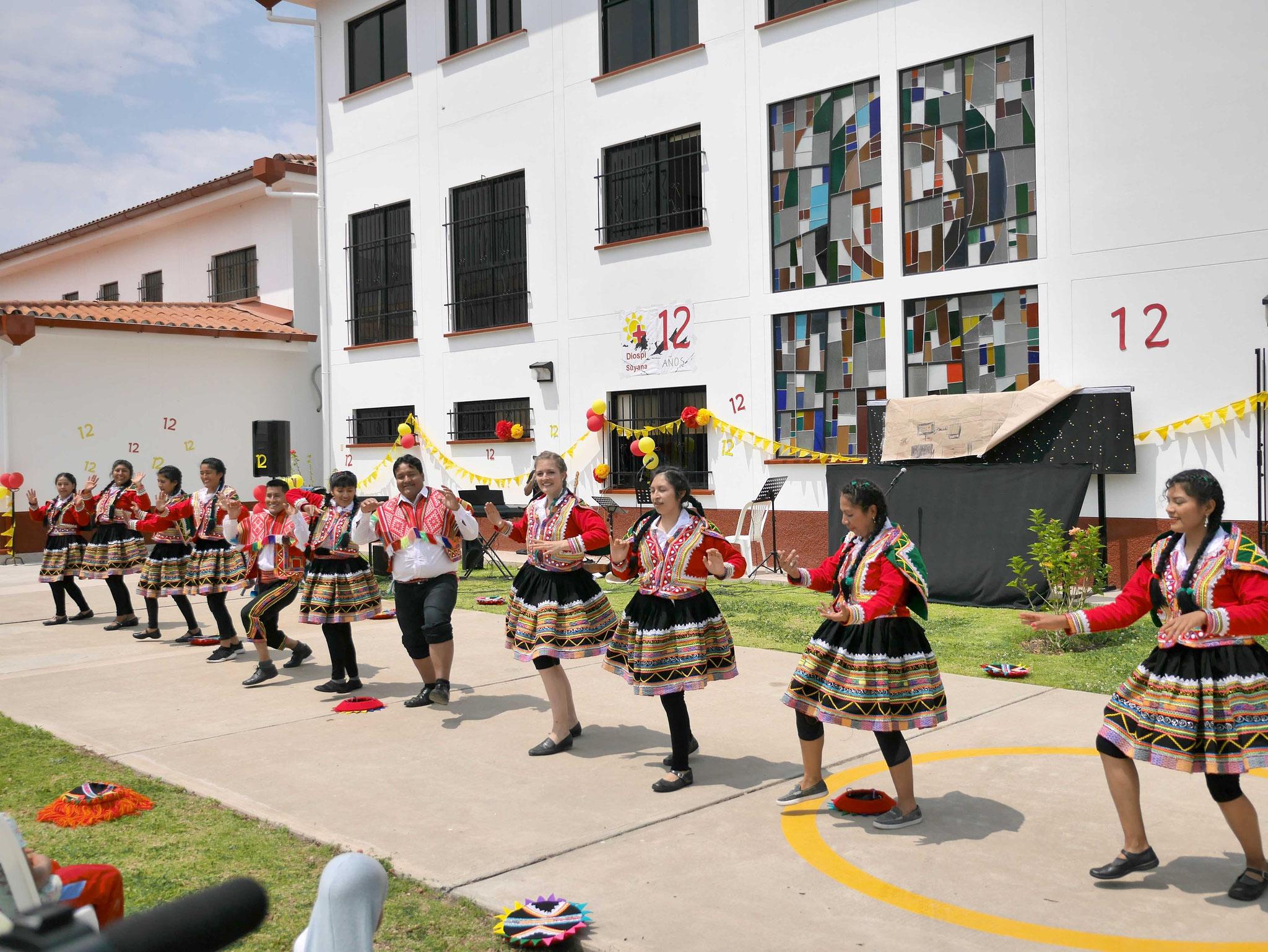 Ein Tanz als Dank: voller Einsatz der Lehrer der Diospi Suyana-Schule in Andentracht.