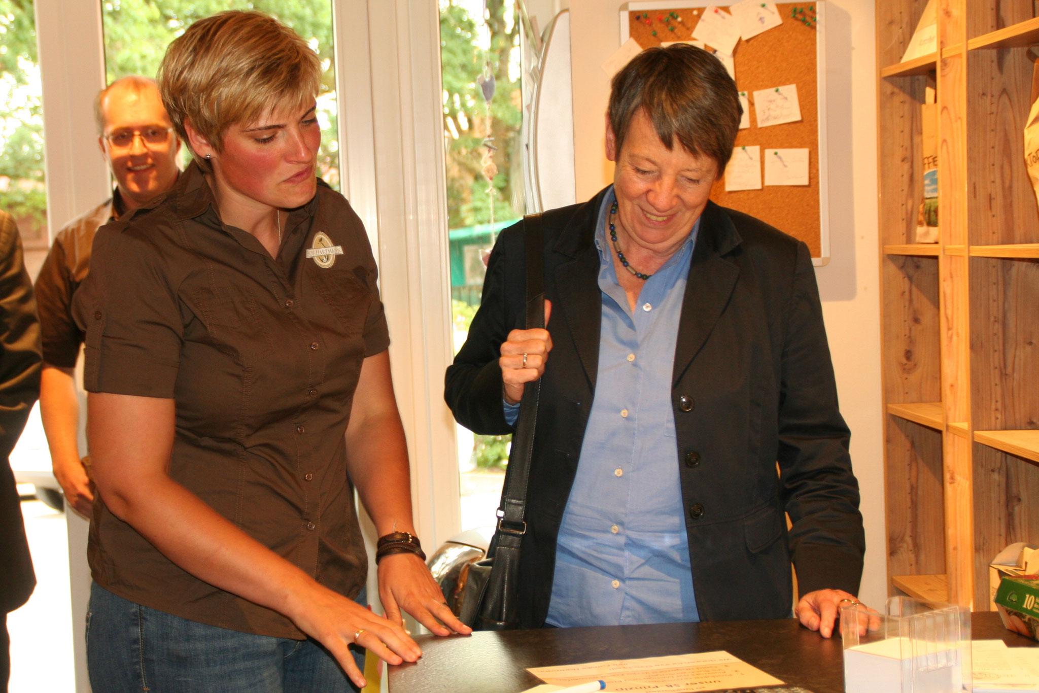 Hilke Hartmann erklärt Frau Hendricks unser Hofshop-Prinzip