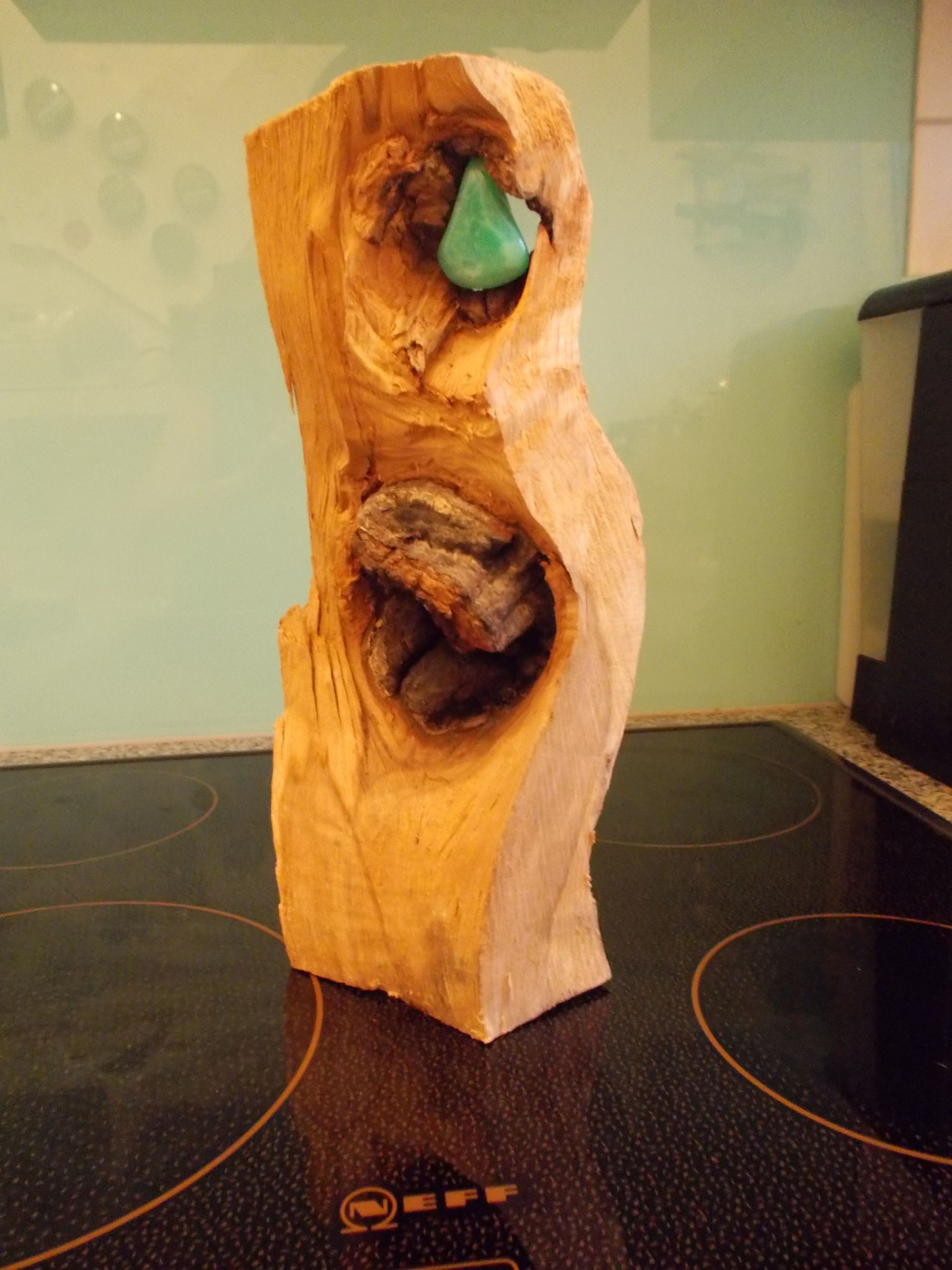 Holzobjekt mit Halbedelstein