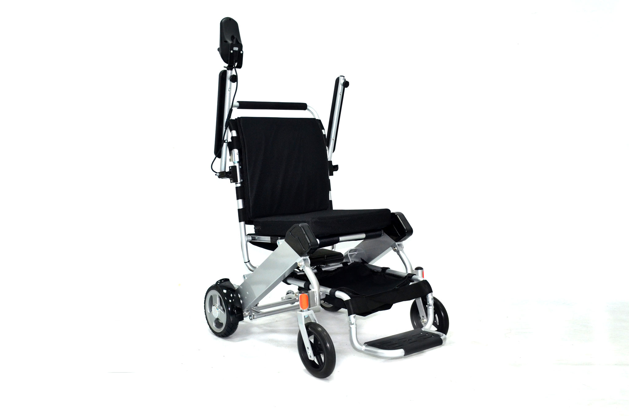 Die Armlehnen lassen sich nach oben klappen. Der Einstieg in den Rollstuhl erfolgt von der Seite.