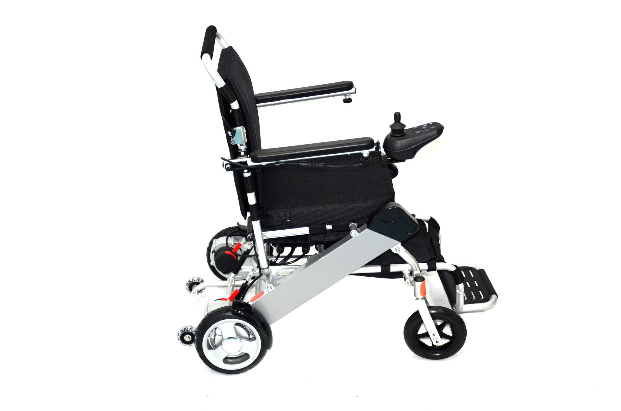 Die Batterie befindet sich im Rahmen des Rollstuhls und kann problemlos herausgeholt werden. Da die Batterie nicht eingebaut ist, kann diese jederzeit auch ohne den Rollstuhl aufgeladen werden. Der entsprechende Adapter wird mitgeliefert.