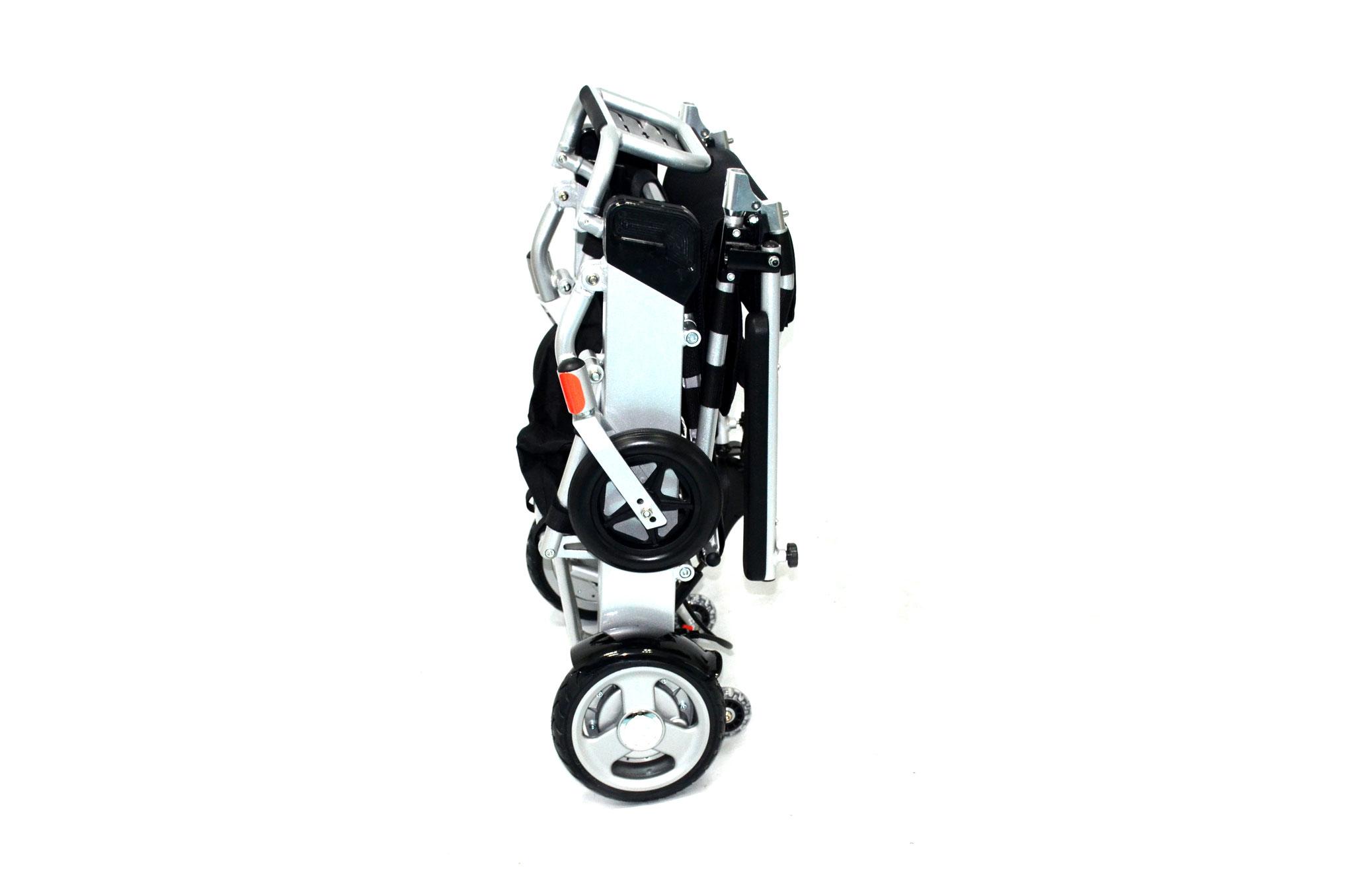 Im zusammengeklappten Zustand steht der Rollstuhl sicher in dieser Position. Das spart Platz, hilft allerdings auch enorm im Alltag. Sie müssen den Stuhl nicht jedesmal neu aufheben.