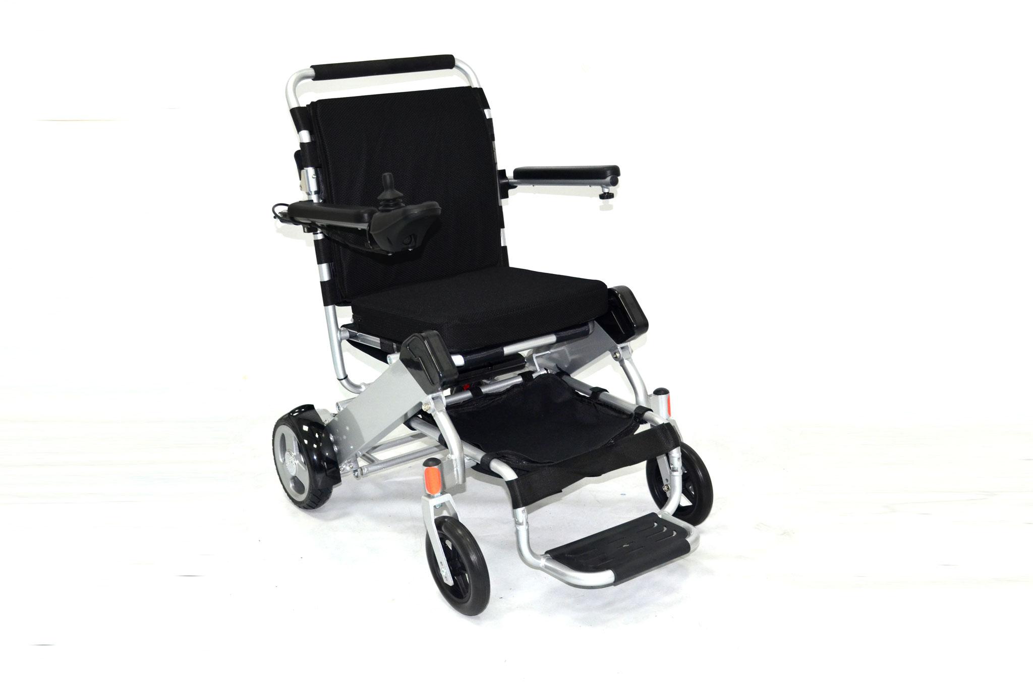 Der E-Rollstuhl ERGOFLIX® M von JBH ist mit 21 kg (23 kg mit Batterie) ein wahres Leichtgewicht. Für das geringe Gewicht sorgt die Aluminiumlegierung, aus der die Rahmen gefertigt sind.