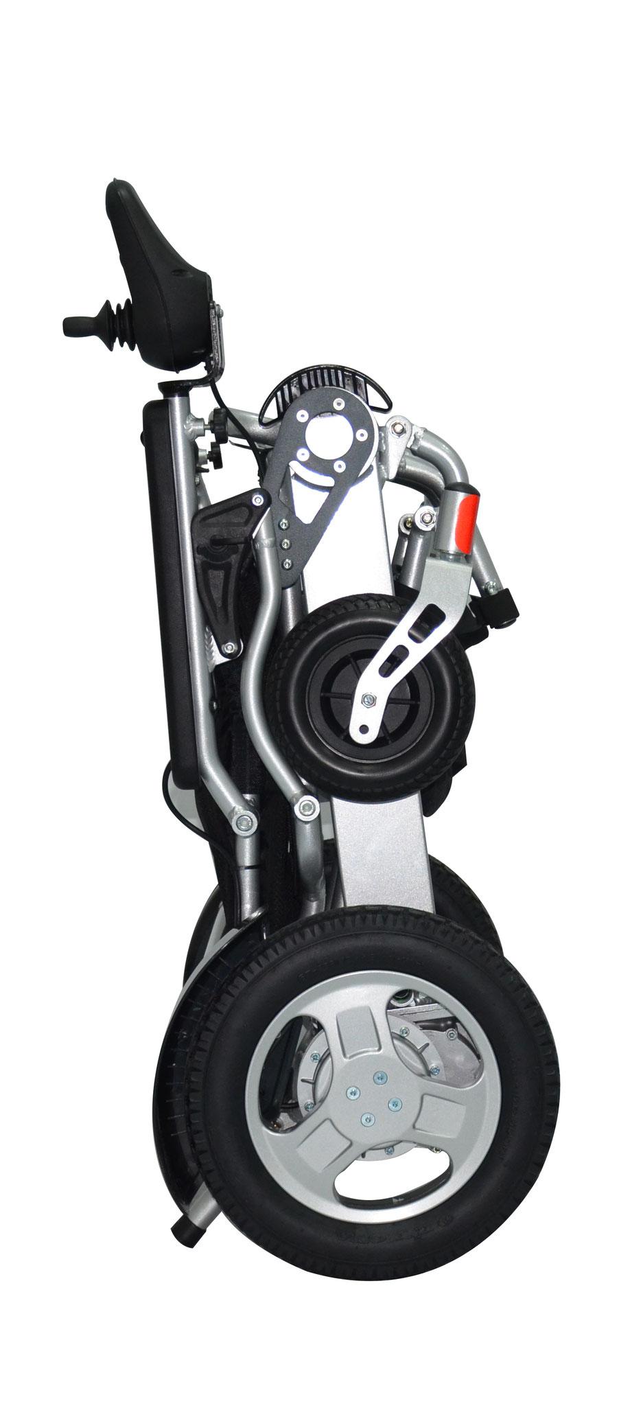 Auch der Rollstuhl ERGOFLIX® L steht im zusammengeklappten Zustand aufrecht. Die Stützstifte verhindern ein Umkippen des Stuhls und erleichtern dadurch den Alltag.