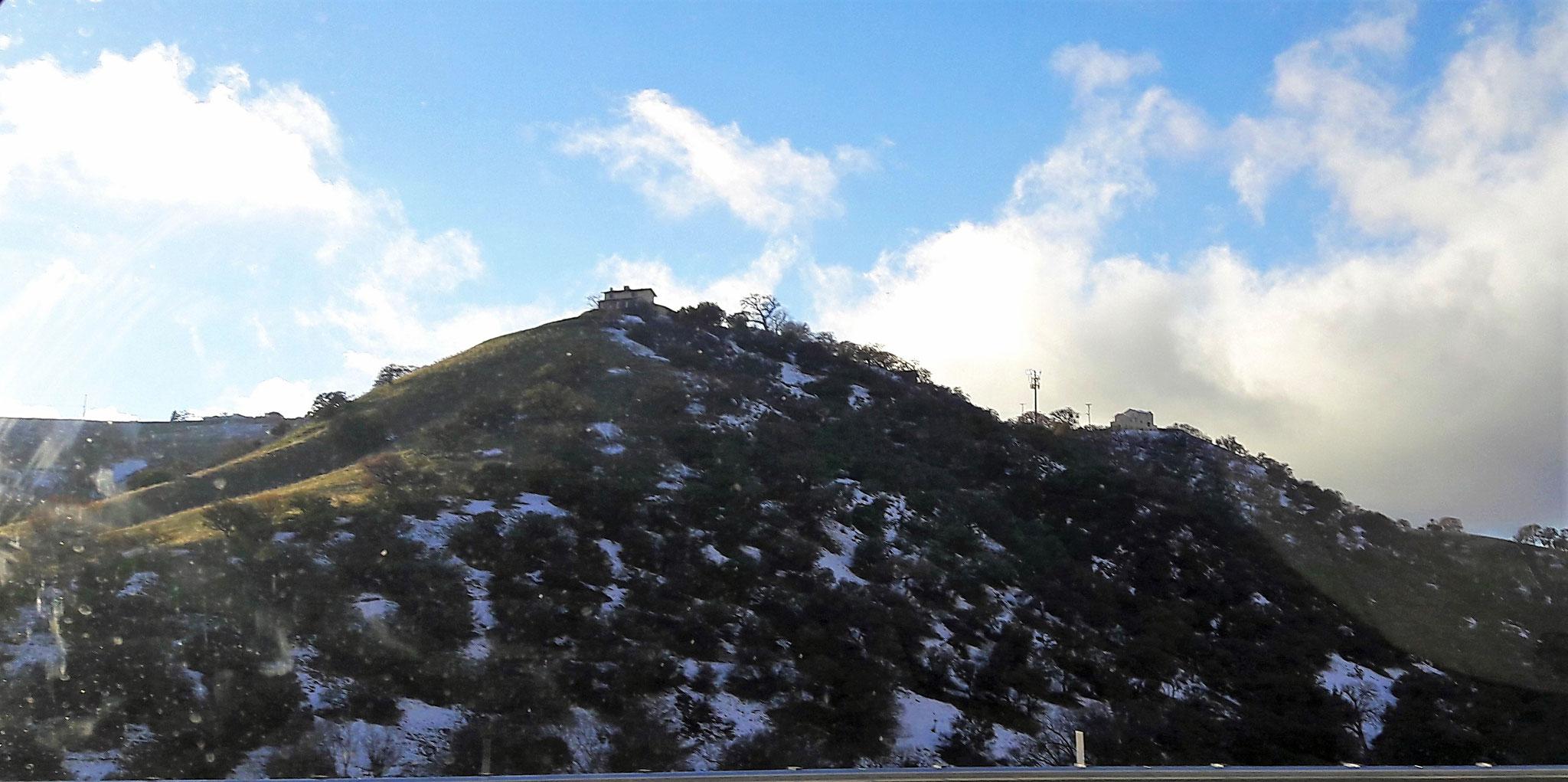 Das Wetter ist unberechenbar. Das Bild zeigt nicht genau die Situation, aber man fährt auf einer Straße und auf der einen Seite liegt Schnee und man braucht ne Jacke, auf der anderen Seite scheint die Sonne und alles grünt... <3