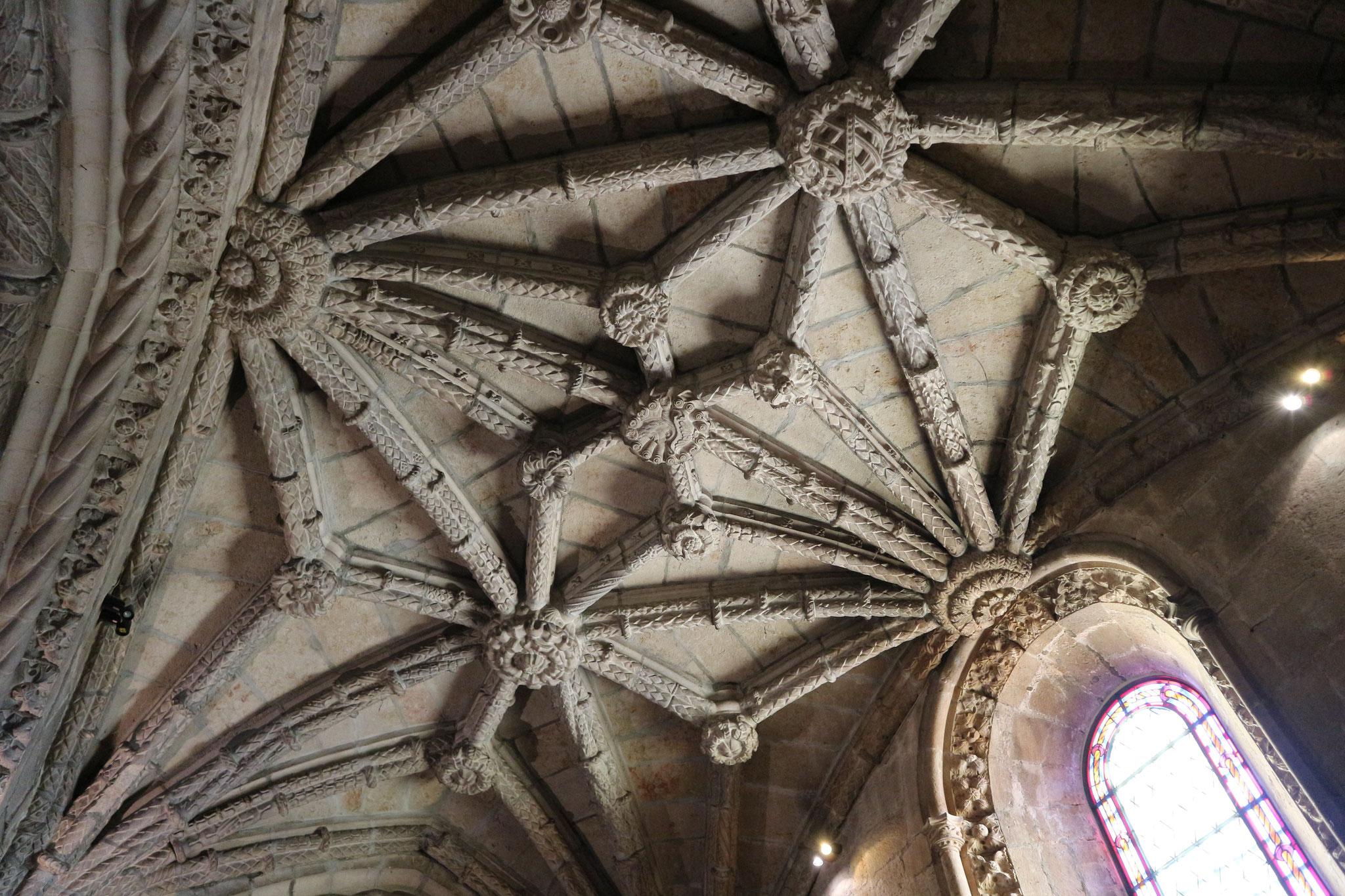 In der Kirche des Jeronimo Klosters in Lissabon. Dank einer sehr guten Free Walking Tour haben wir genau erfahren wie viel Symbolik und Details in diesen Verzierungen stecken und wie viel Arbeit sich die Menschen damals mit so was gemacht haben.
