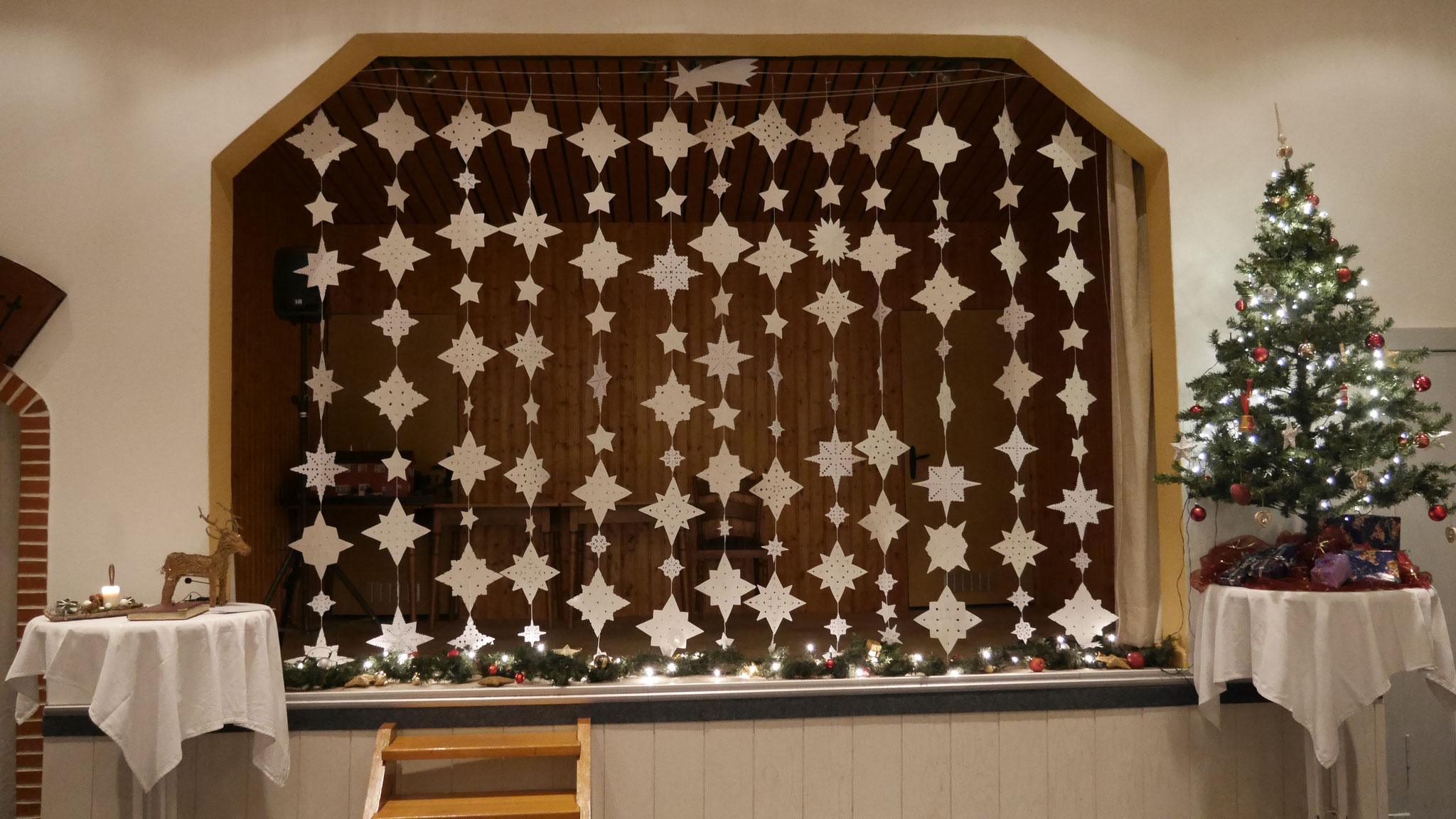 Ein echter Hingucker: Die Bühne im weihnachtlichen Schmuck!
