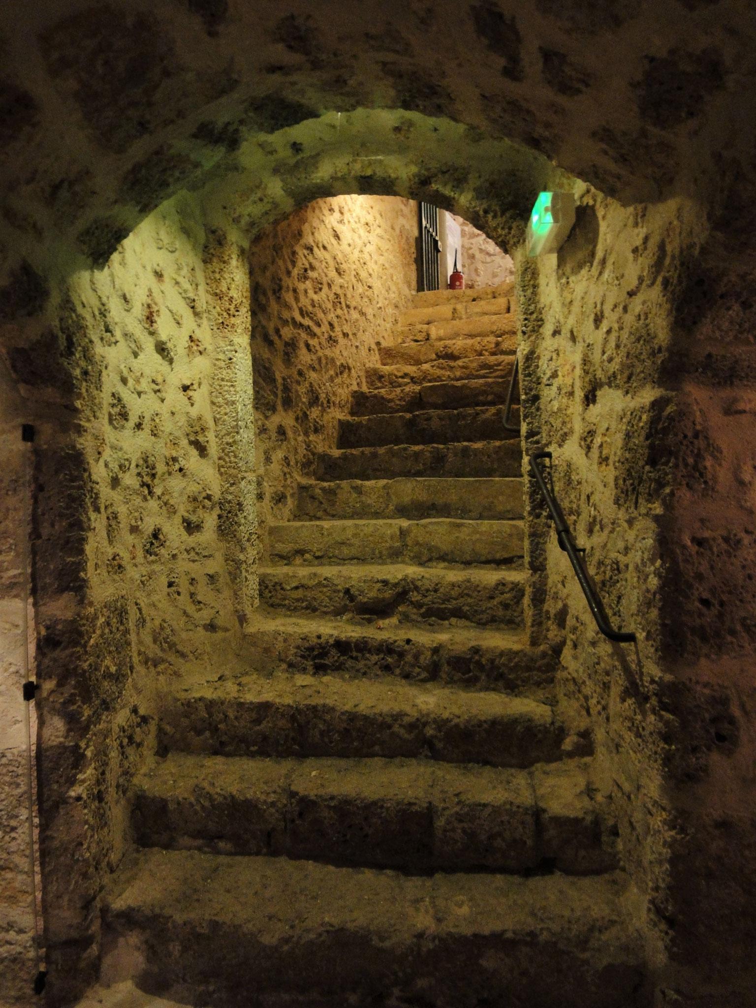 Escalier descendant vers les caves du château de la Madeleine.