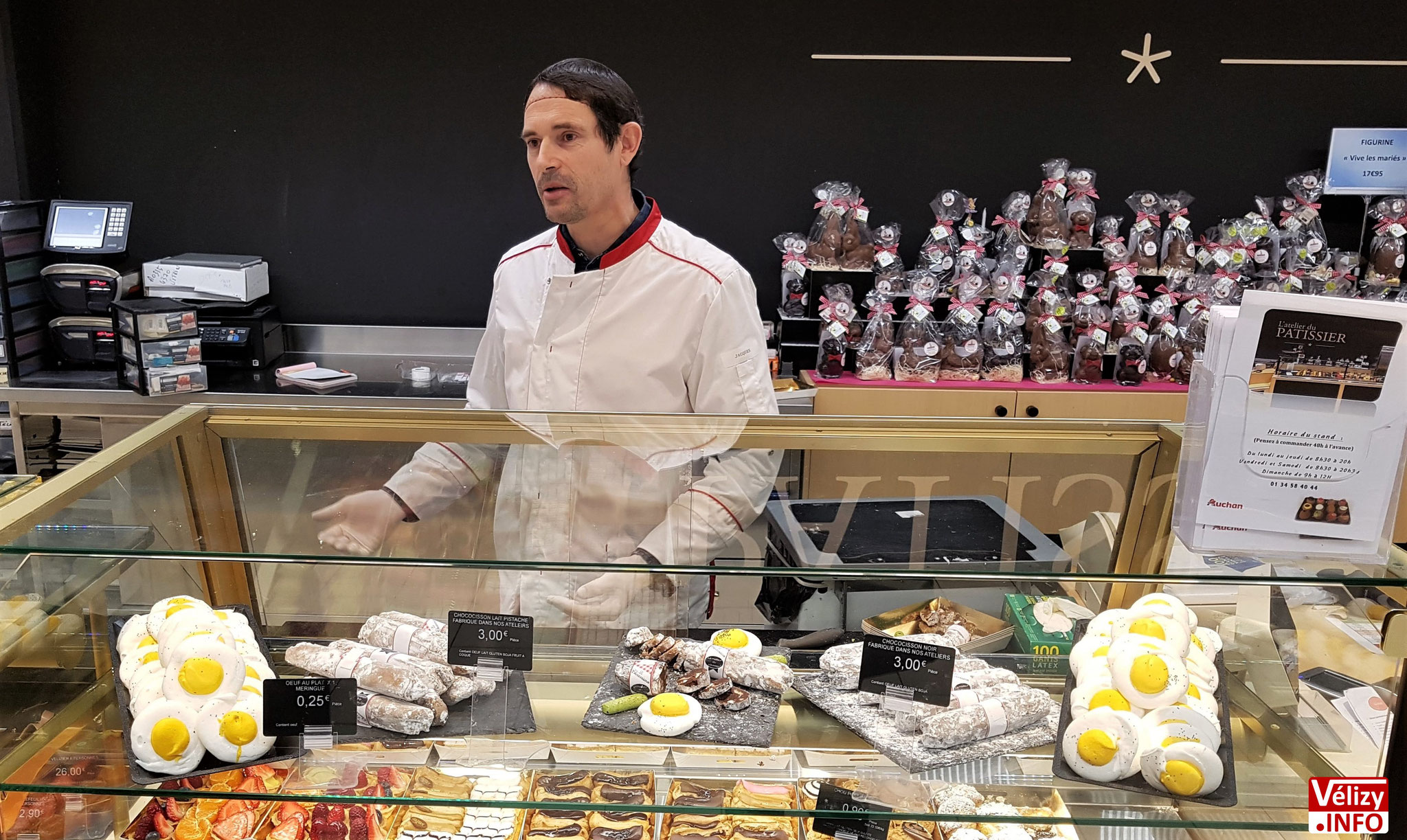 Jacques OLLO, au comptoir de vente d'Auchan Vélizy.